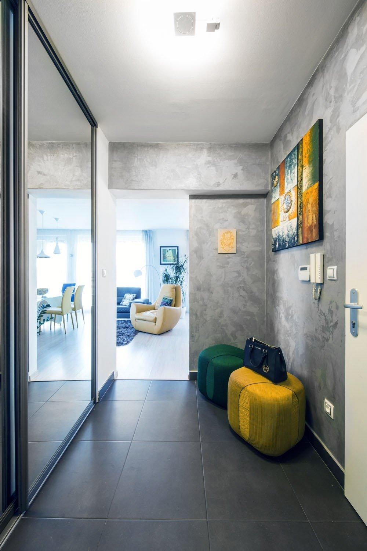 Cielom návrhu bol redizajn obývacej časti spojený s jedálňou a zádverím. Interiér je riešený v modernom minimalistickom dizajne kde prevláda sivá s bielou a…