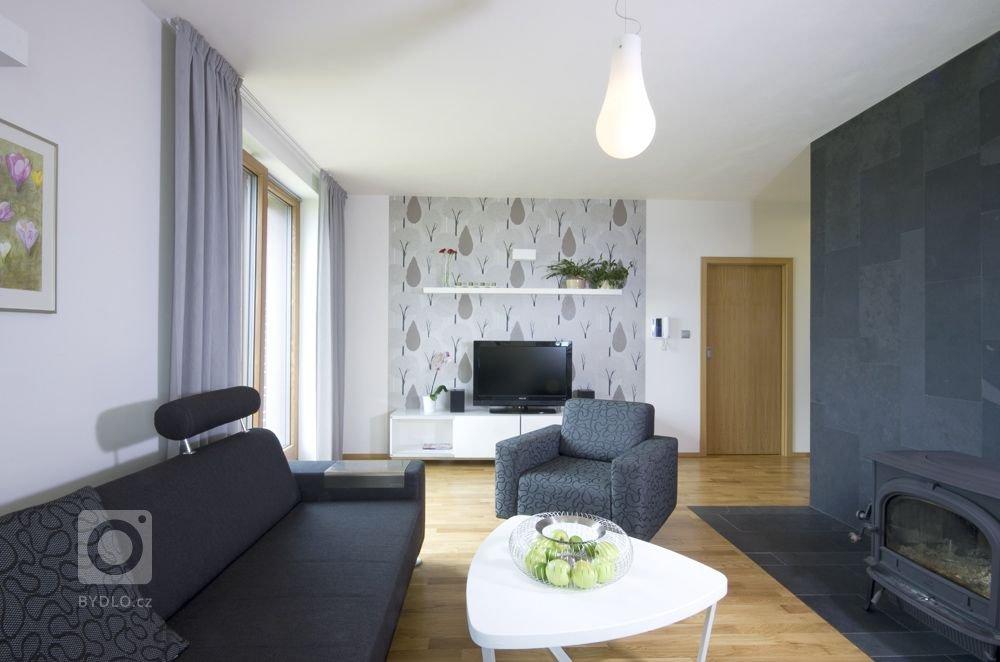 obývací pokoj barevně laděný do odstínů bílé, šedé a antracitové a dubového dřeva
