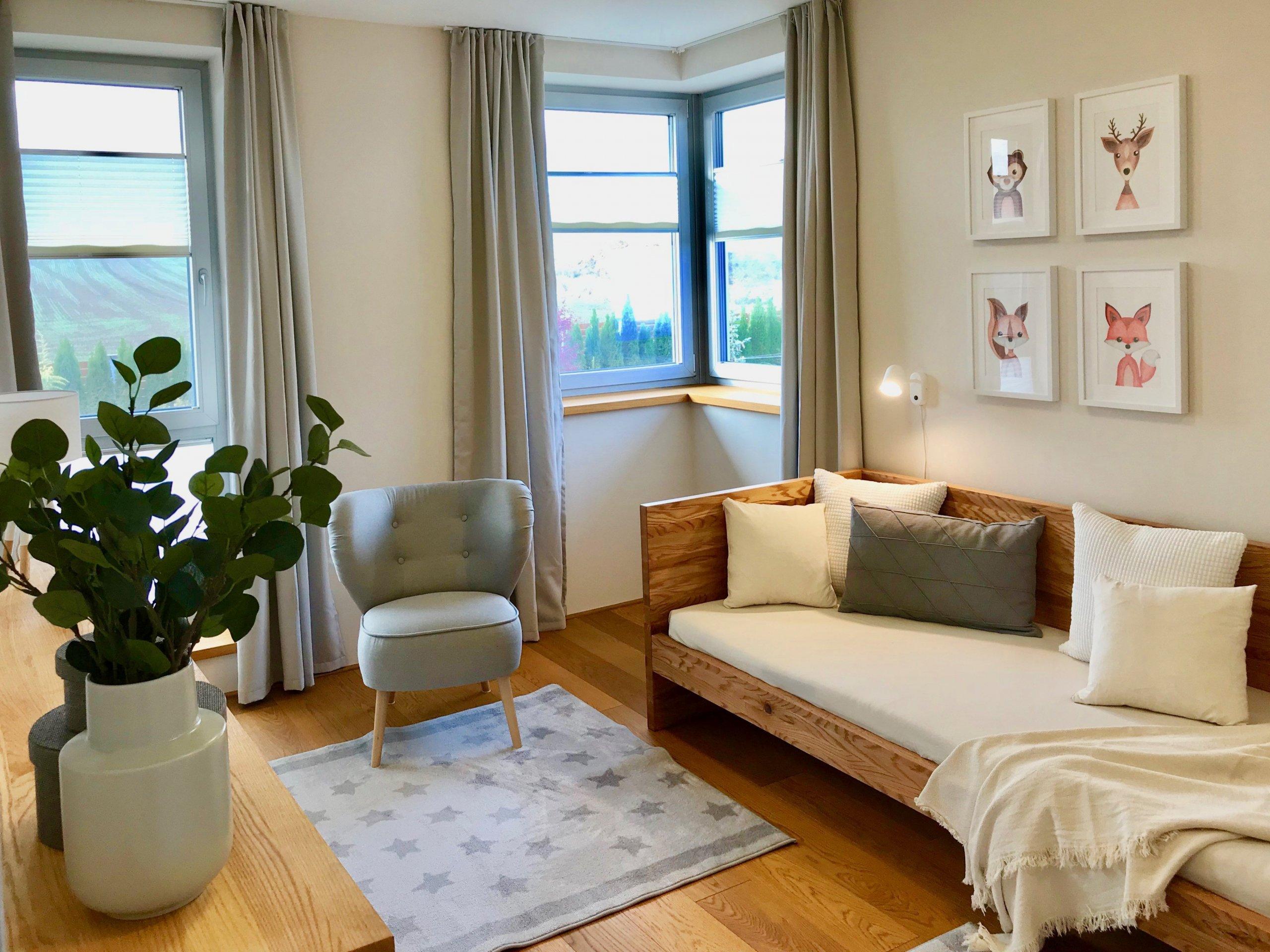 Dětský pokoj v neutrálních barvách má své výhody.Je sázkou na jistotu, barevné doplňky můžete snadno obměnit.. povlečení, koberečky,…