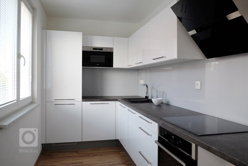 Kuchyně, součástí kompletní rekonstrukce bytu v panelovém domě v Praze 10.
