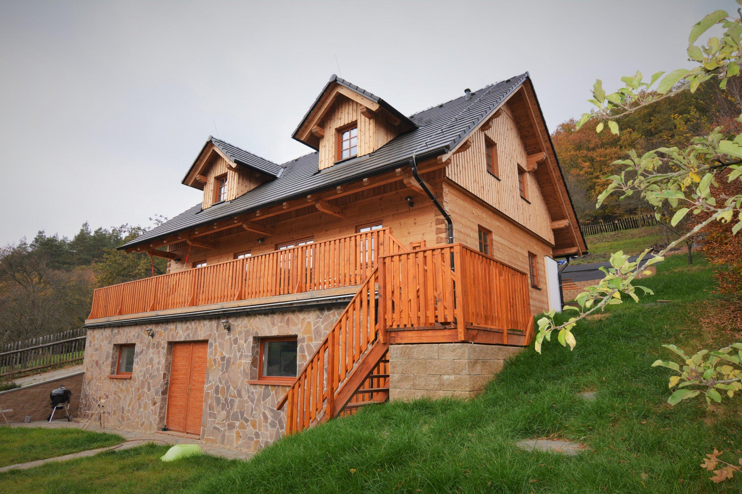 Tato z části podsklepená poloroubenka z borovice slouží k trvalému bydlení. Obvodový plášť je vyhotoven z vysušených borovicových BSH hranolů a zdících tvárnic…