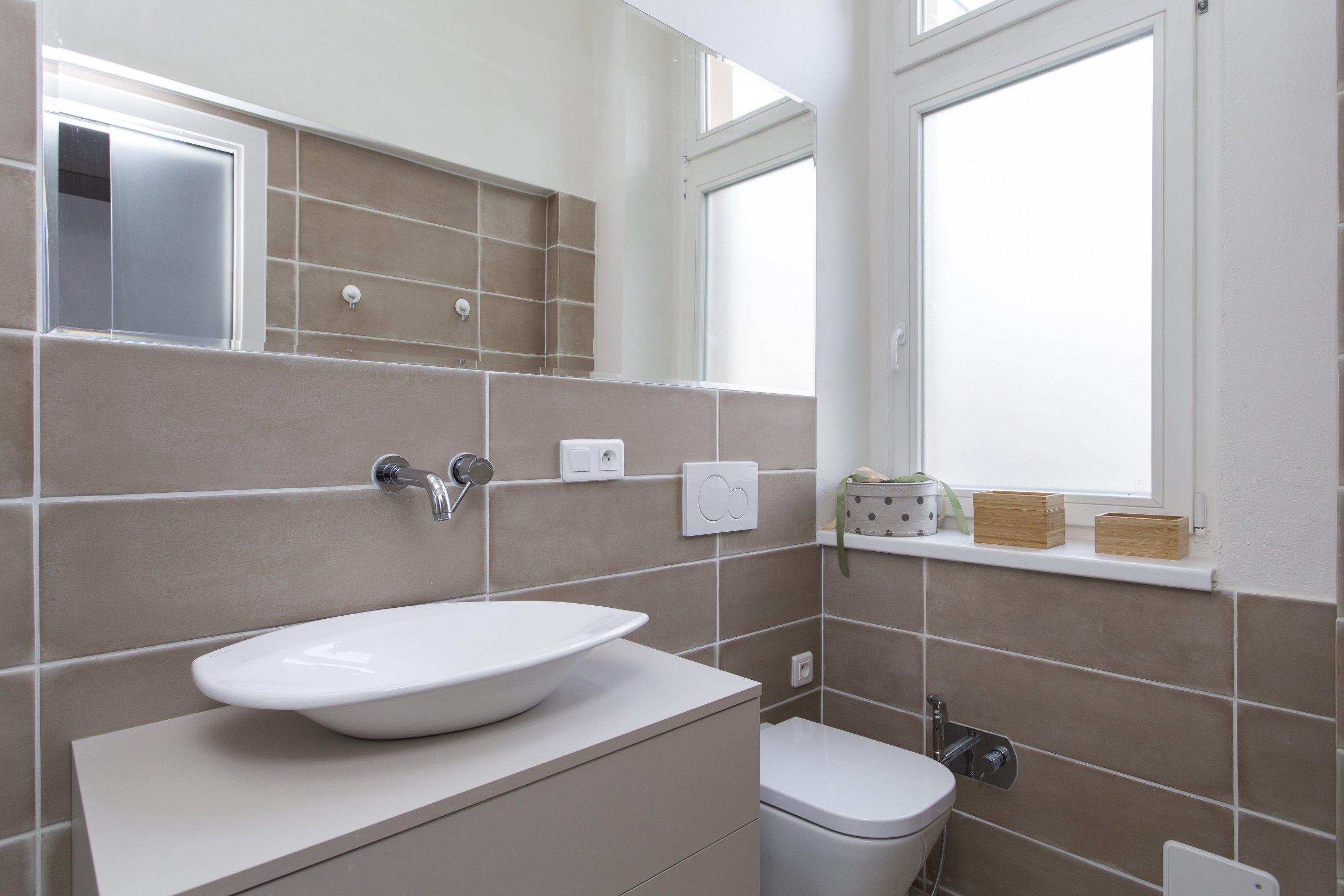 Rekonstrukce původně bytu 3+1 na Praze 7, kousek od Stromovky, nabízela opět práci v budově, která má své kouzlo. Parkety, vysoké stropy, tlusté zdi. Úkol zněl…