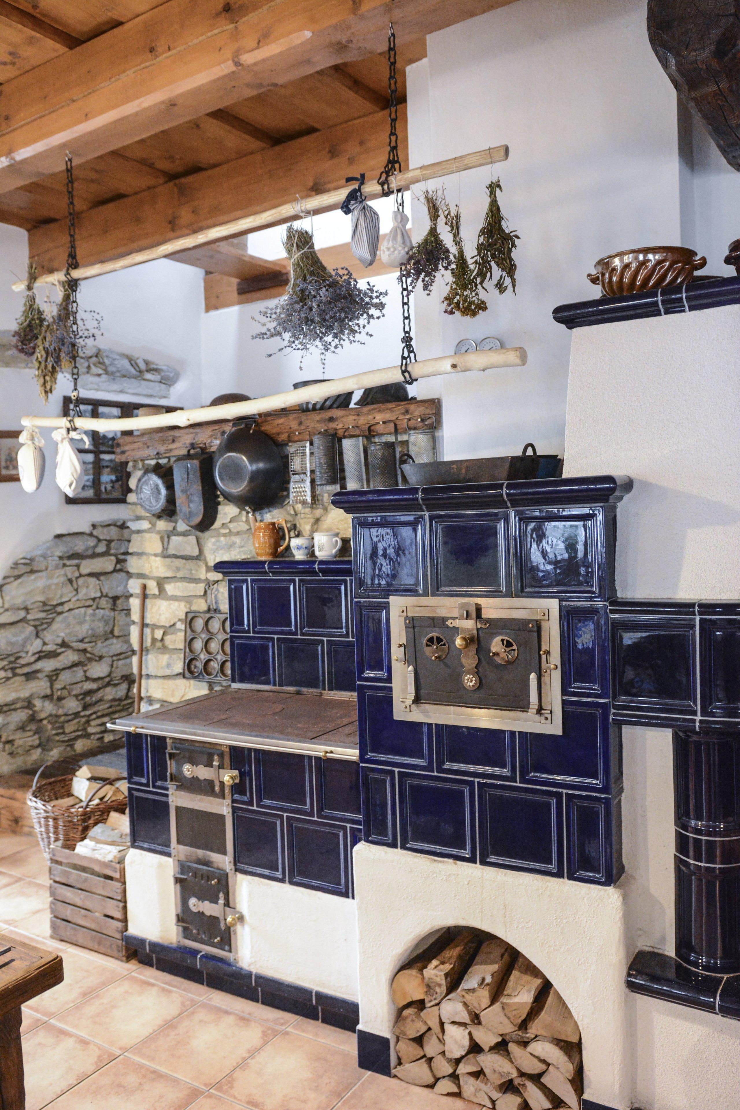 Kachlová kamna se sporákem a pecí postavené Jaromírem Jauernigem. Kachle jsou od K&K POKER, kamnářství Bechyně, typ Rámečeks kobaltově modrou…