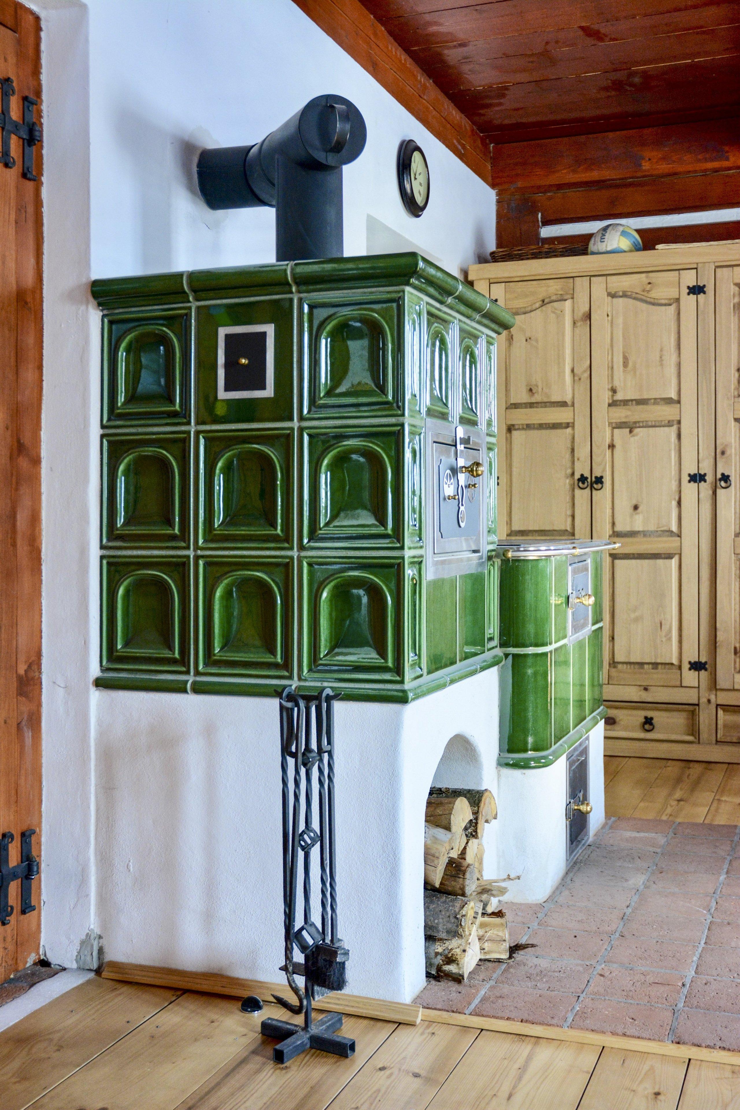 Stavba v Krkonoších - sporák s keramikou K&K POKER Kamnářství Bechyně typu Kaplička s glazurou MX 101. Realizovala firma Kamna Volech.