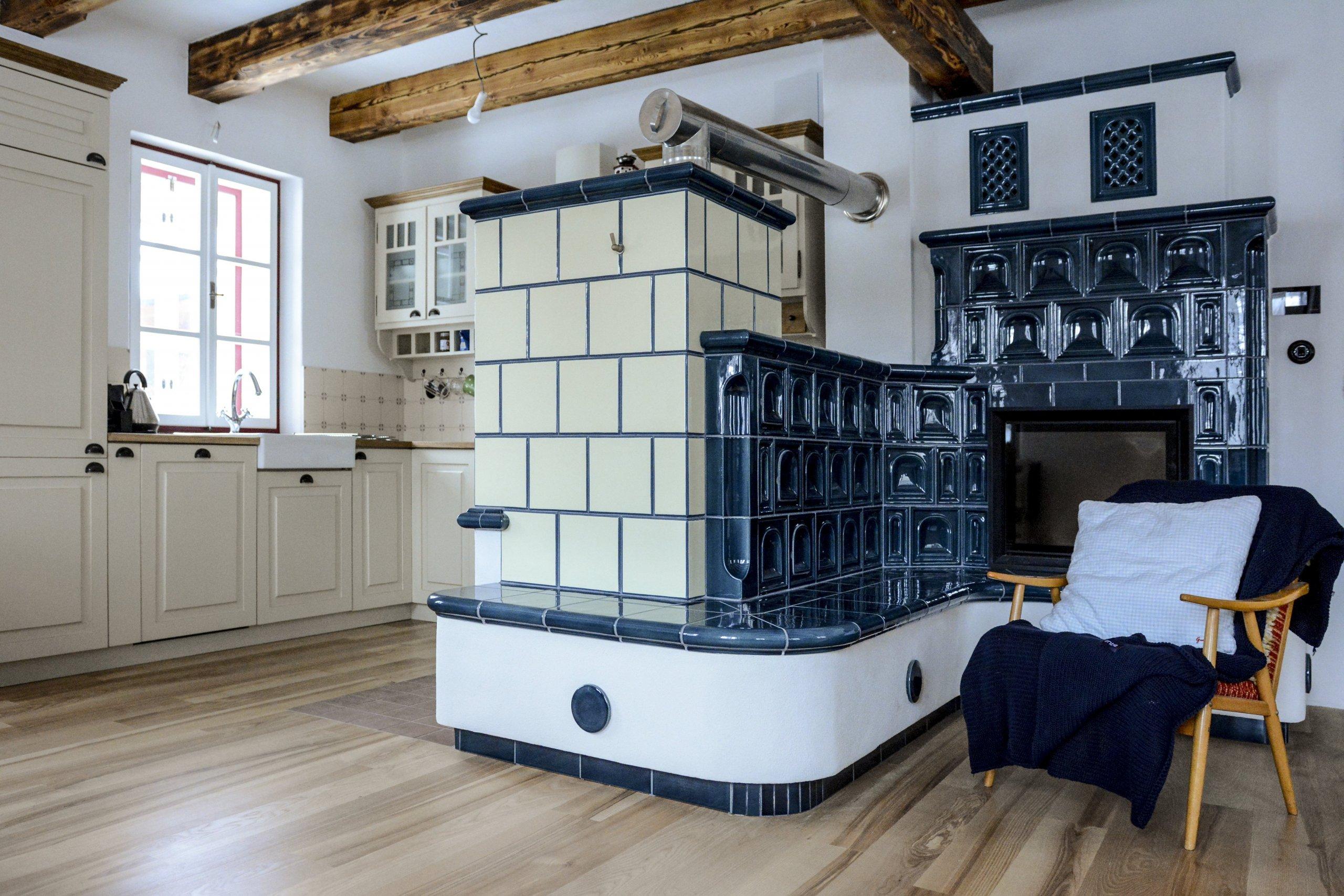 Kachlový sporák v lehce provensálském stylu, realizace Mojmír Jauernig. Součástí sporáku jsou také dvě trouby. Při stavbě byly použity kachle K&K POKER,…
