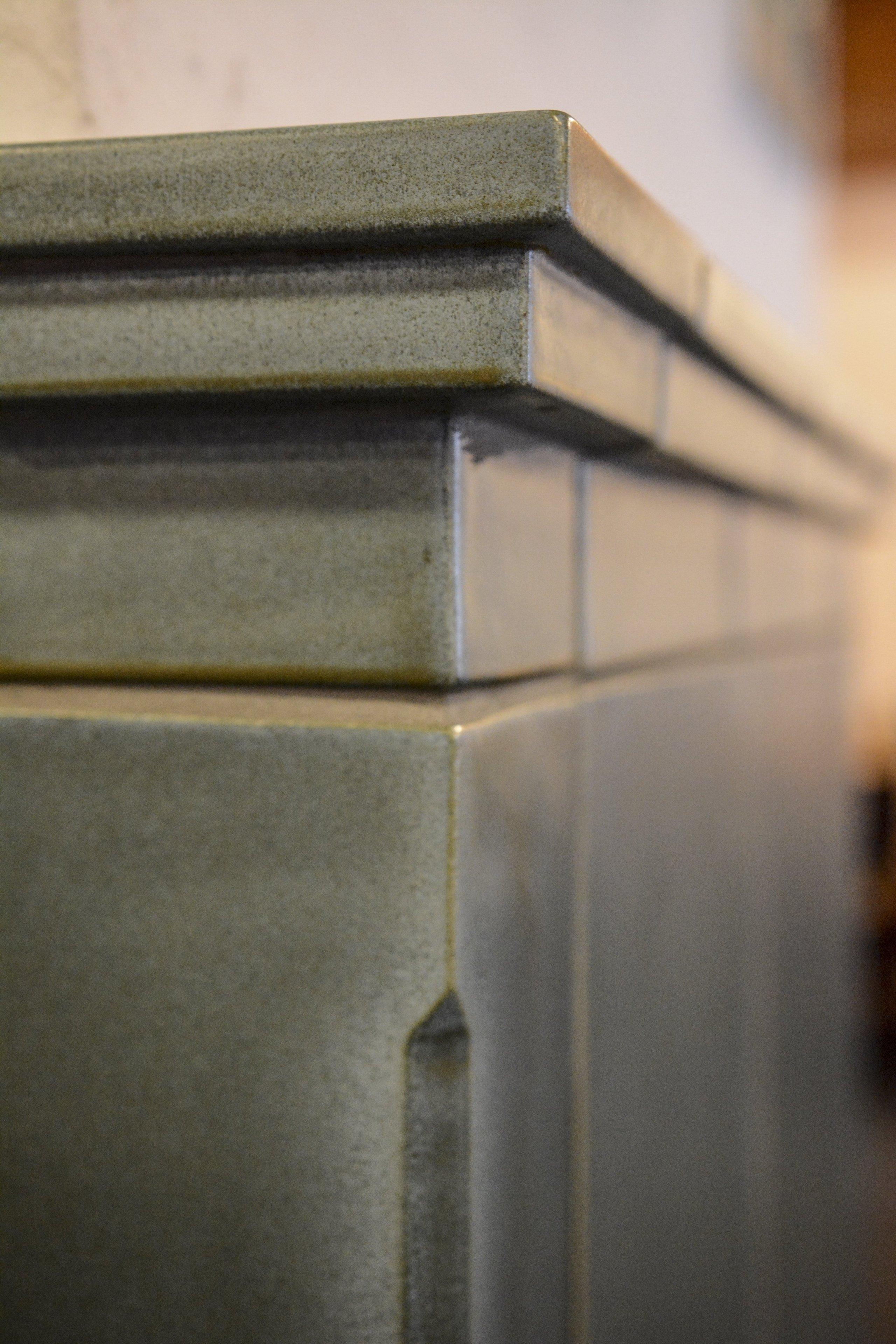 Kamna s teplovodní kamnovou vložkou Brunner HKD 2.2SK, která dokáže jako jediný zdroj vytopit i větší objekty. Kachle z produkce K&K POKER Kamnářství…