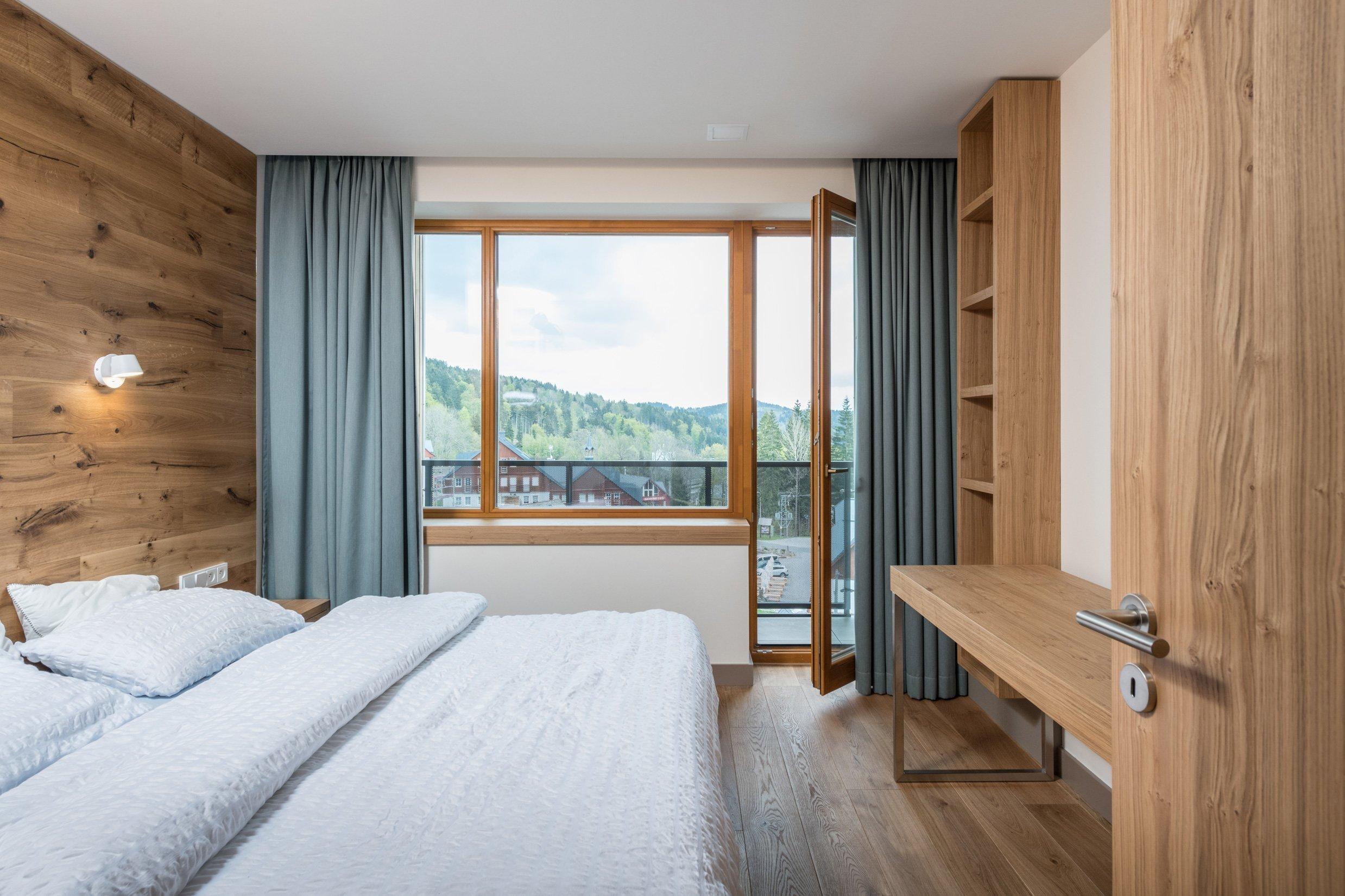 Přestavba rekreačního bytu řešila požadavky mladé rodiny na pohodlný pobyt o víkendech a dovolených: dvě samostatné ložnice, velkou obytnou kuchyň s možností…