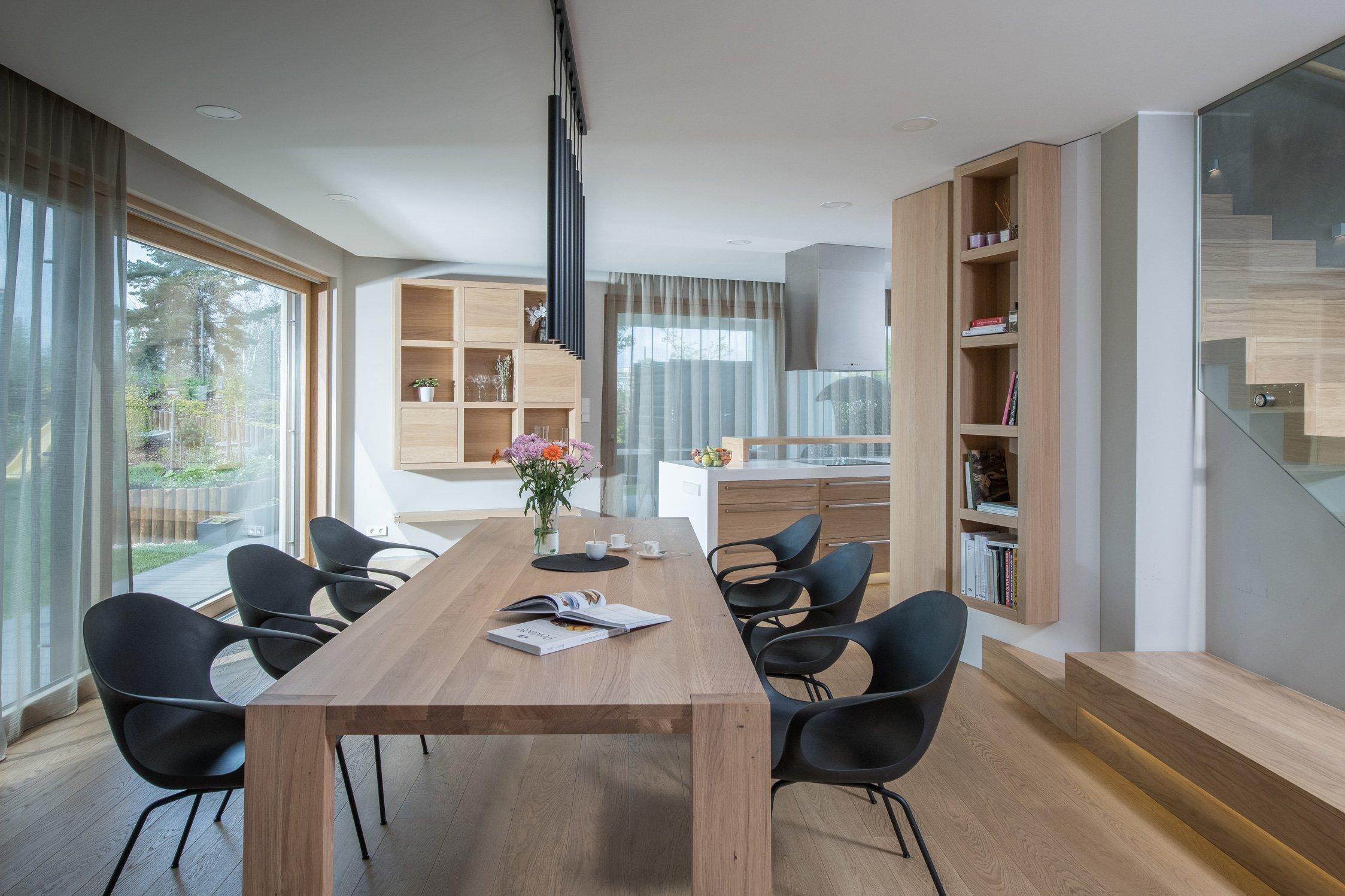 Dům zakoupený od developera nebyl – na rozdíl od sousedních – ještě postaven, mohlo se tedy zasáhnout do dispozice. Lichoběžníkový tvar a koncept…