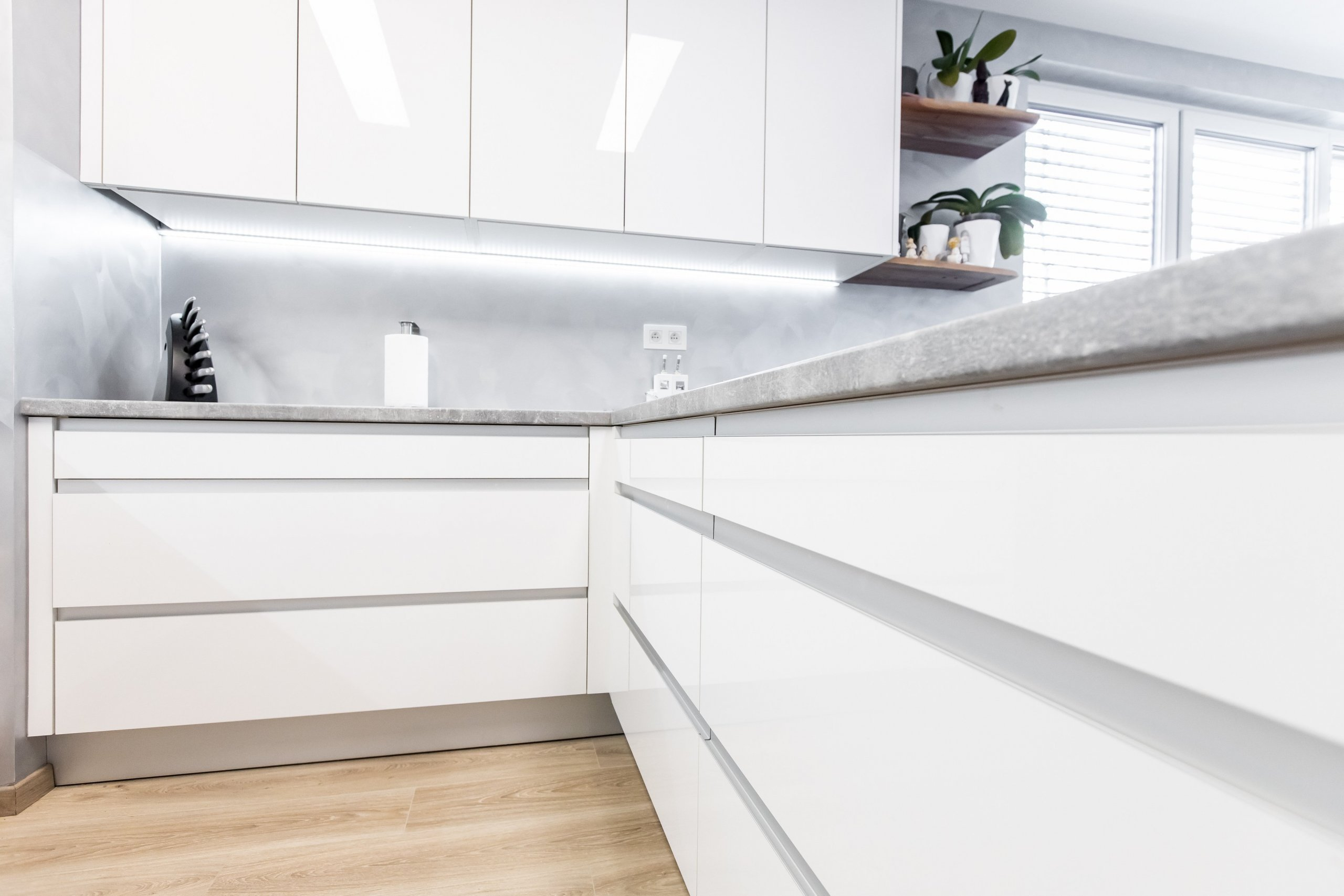 Pre niekoho sterilné nemocničné prostredie – pre nás a majiteľa tejto krásnej kuchyne je to stelesnenie čistoty a minimalizmu. Na rozbitie tohto dizajnu…