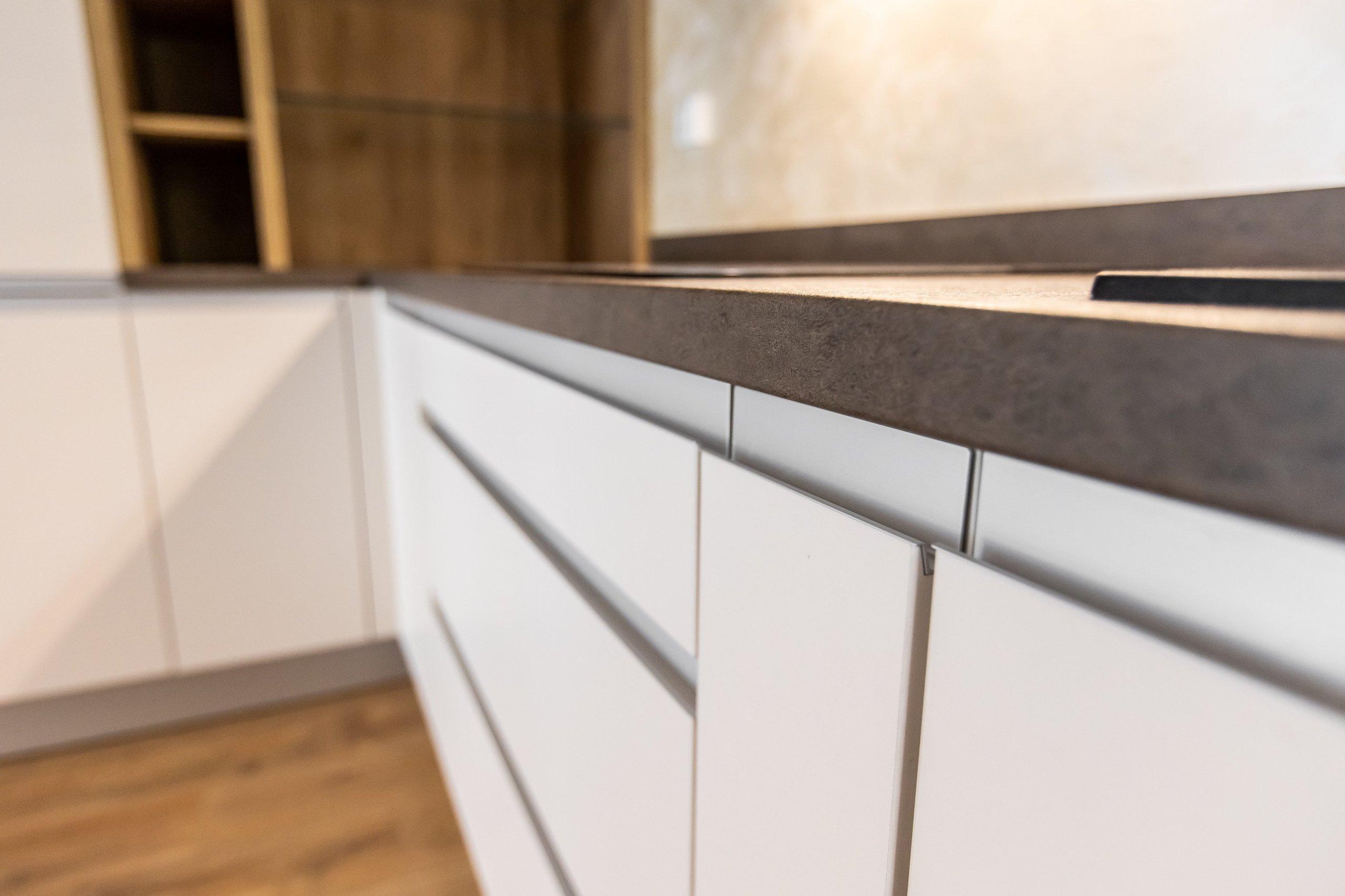 Inšpirujte sa realizáciou kuchynskej linky, vstavanej skrine a obývačky v krásnej novostavbe Čerešne v Bratislavskej Dúbravke. Moderná kuchynská linka do tvaru…