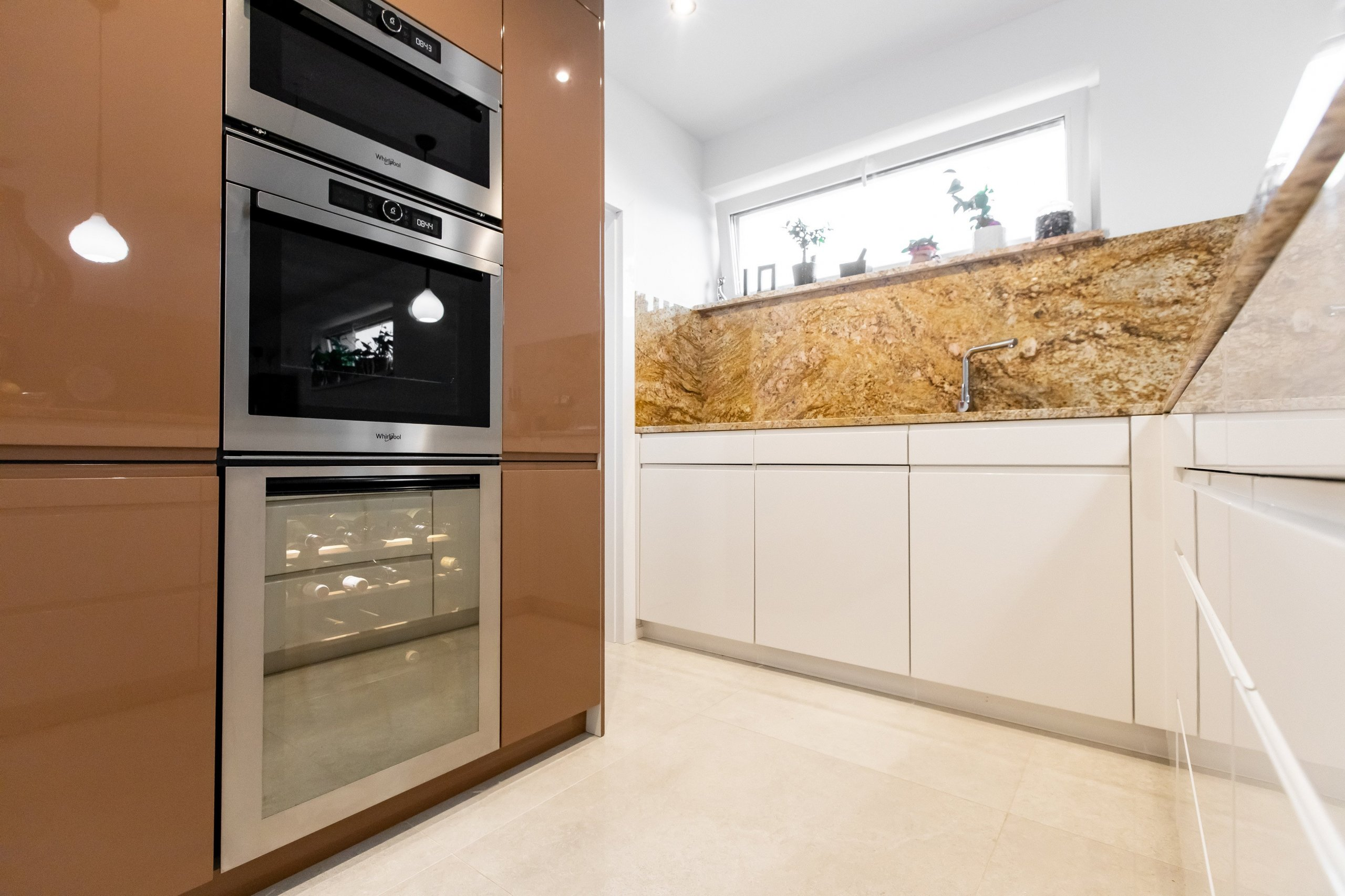 Kombinácia predstáv klienta a skúsenosti dizajnéra vytvorili jedinečný originál kuchyne z materiálov vo vysokom lesku. K dominantnej škoricovej farbe horných…