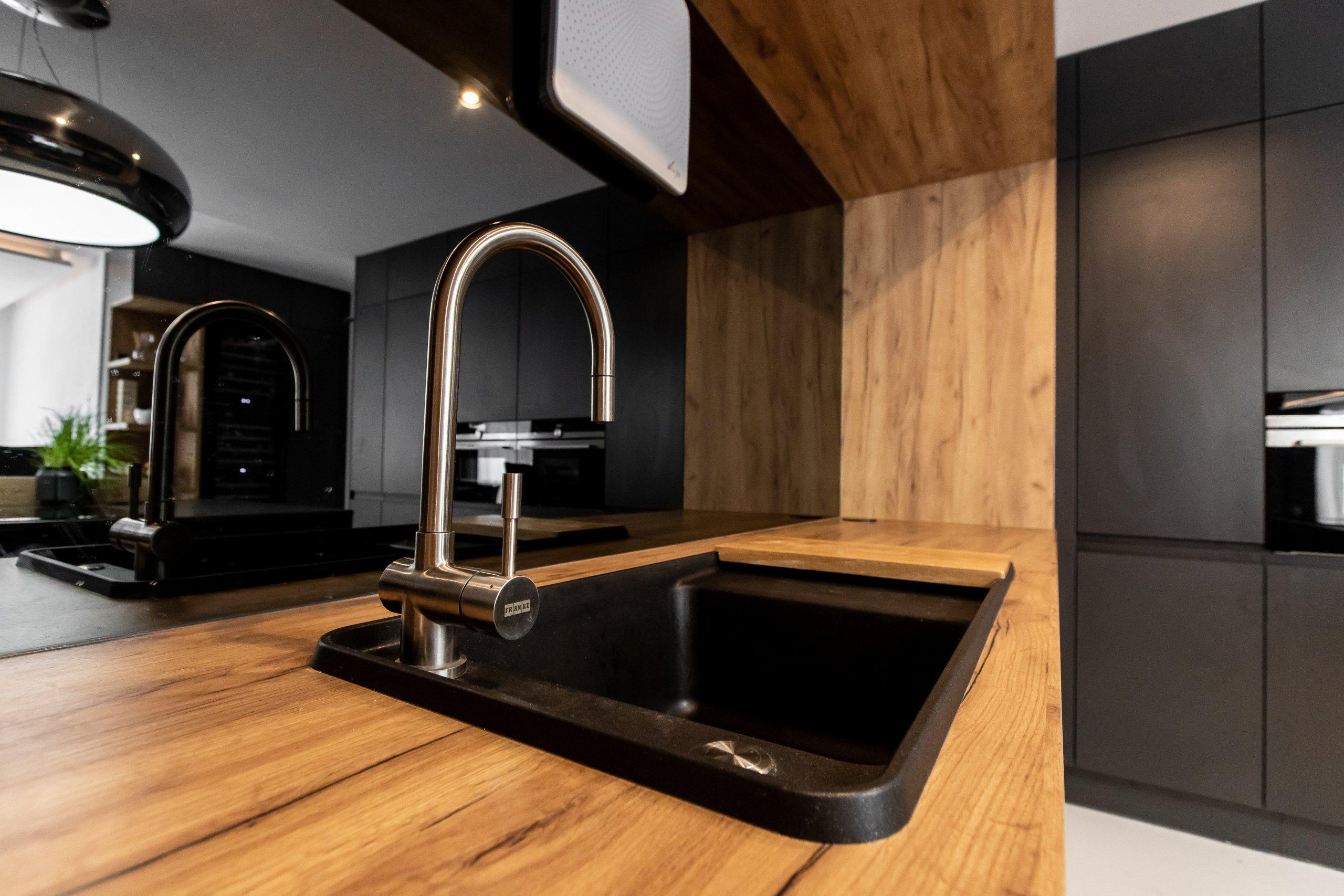 Nezvyčajná kombinácia antracitového matu s dekórom dub zlatý, ktorá bola vkusne zachovaná naprieč celým bytom (domom?), vnáša interiéru eleganciu a jemne…