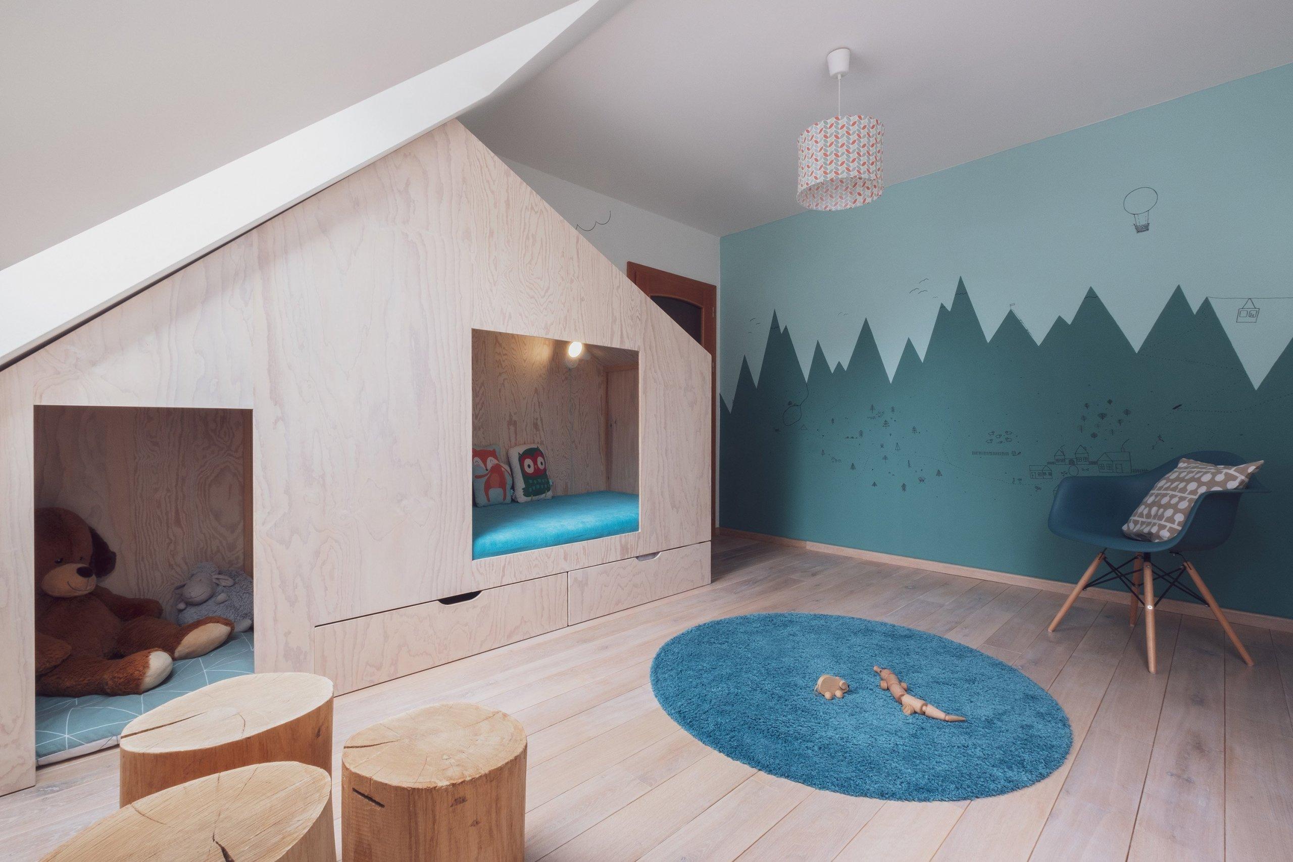 Možná je to Vítkovo první dům, možná je to hájovna na kraji lesa? Každopádně to je doupě, znaší oblíbené mořené překližky, sprůhledy, bunkrem,…