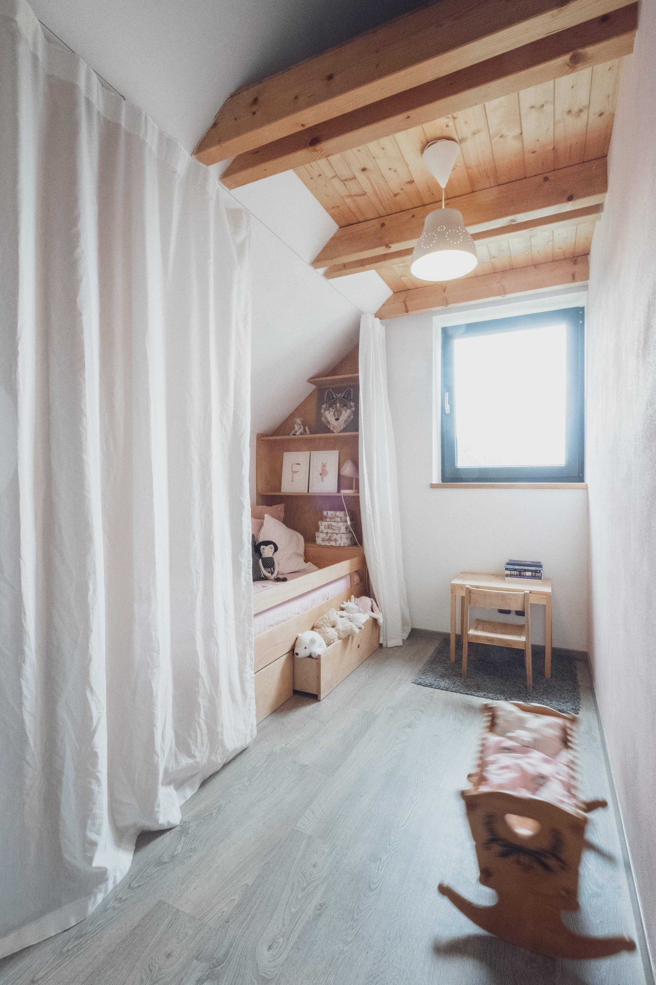 Dětský pokoj kprvním narozeninám malé Belly vpodkroví novostavby rodinného domu je prostorově skromný. Úzká dispozice a zkosená šikmina střechy…