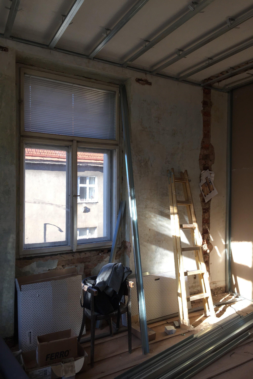 Byt ve 4. patře historického činžovního domu svýhledy do úzkých ulic starých Vršovic, vysoké stropy, velká špaletová okna, poctivé cihlové zdi. …
