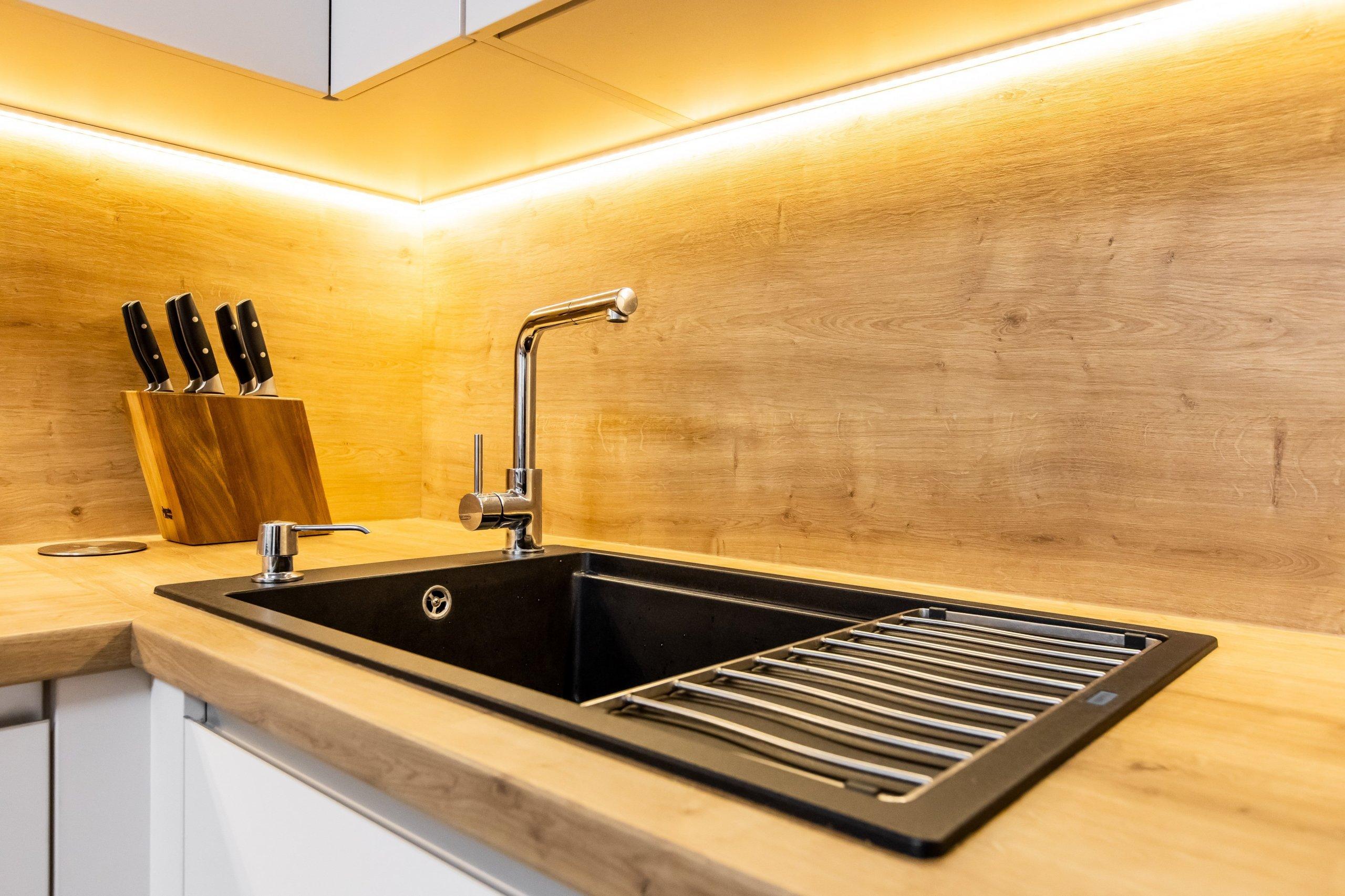 """Materiály: Biely perleťový mat a Dub zlatý  Podsvietenie: TeplýLED pás  Madlá: Kuchyňa - Zafrézované hliníkové  Skrine - Madlo v tvare """"L&quot…"""