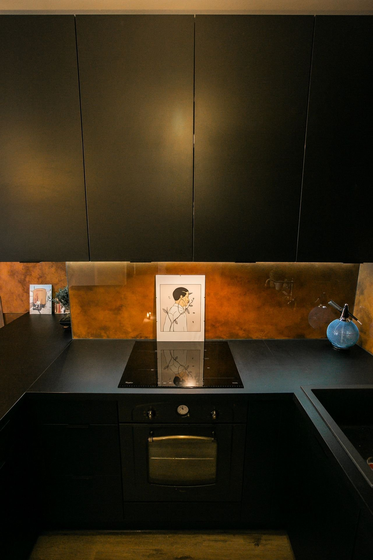 Použité materiály  Skrinky: Čierny mat Pracovná doska: Čierny mat Osvetlenie: LED studená biela Zástena: benátsky štuk