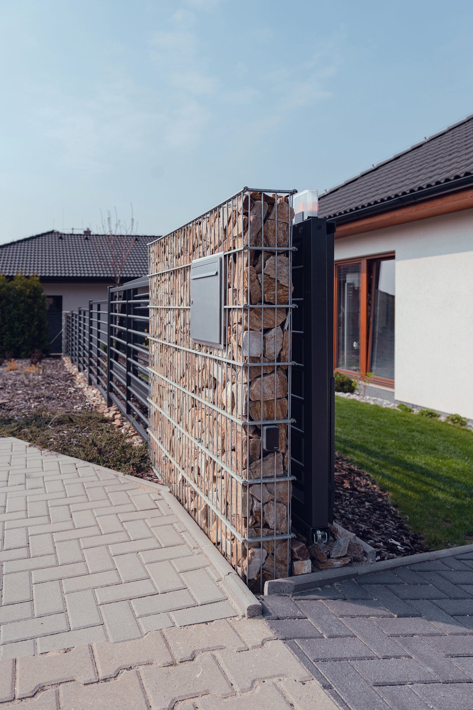 Jednoduše elegantní plot (rodinný dům, Mladá Boleslav)  Ploty by neměl zastínit dům, ale měl by jej vhodně doplnit. Tak zněl požadavek zákazníka. A protože…