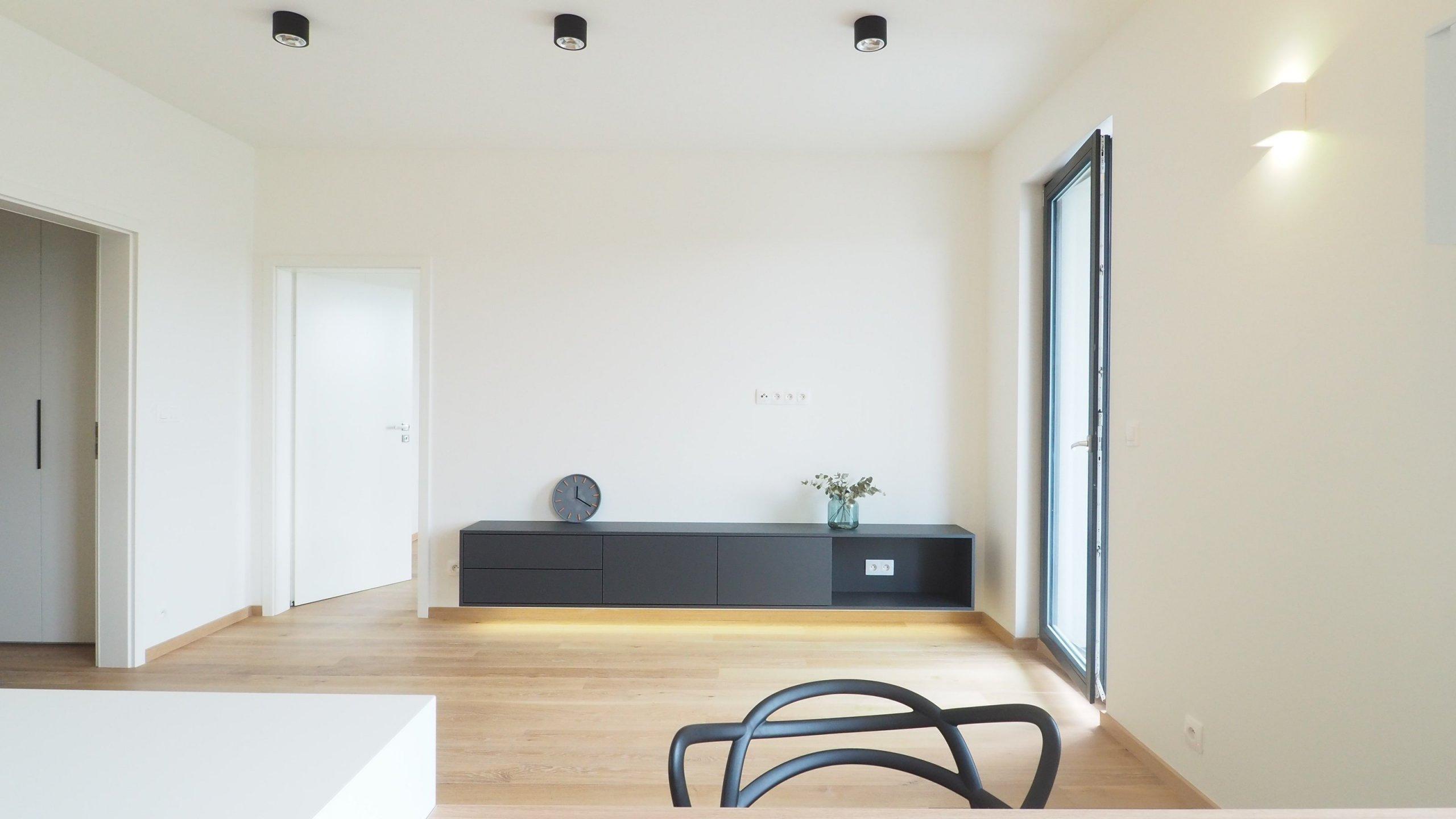 Vybavení bytu 2+kk v novévýškové budově v Modřanech. Byt je laděn do lehce industriální podoby s prvky minimalismu, a to díky použitým betonovým stěrkám…