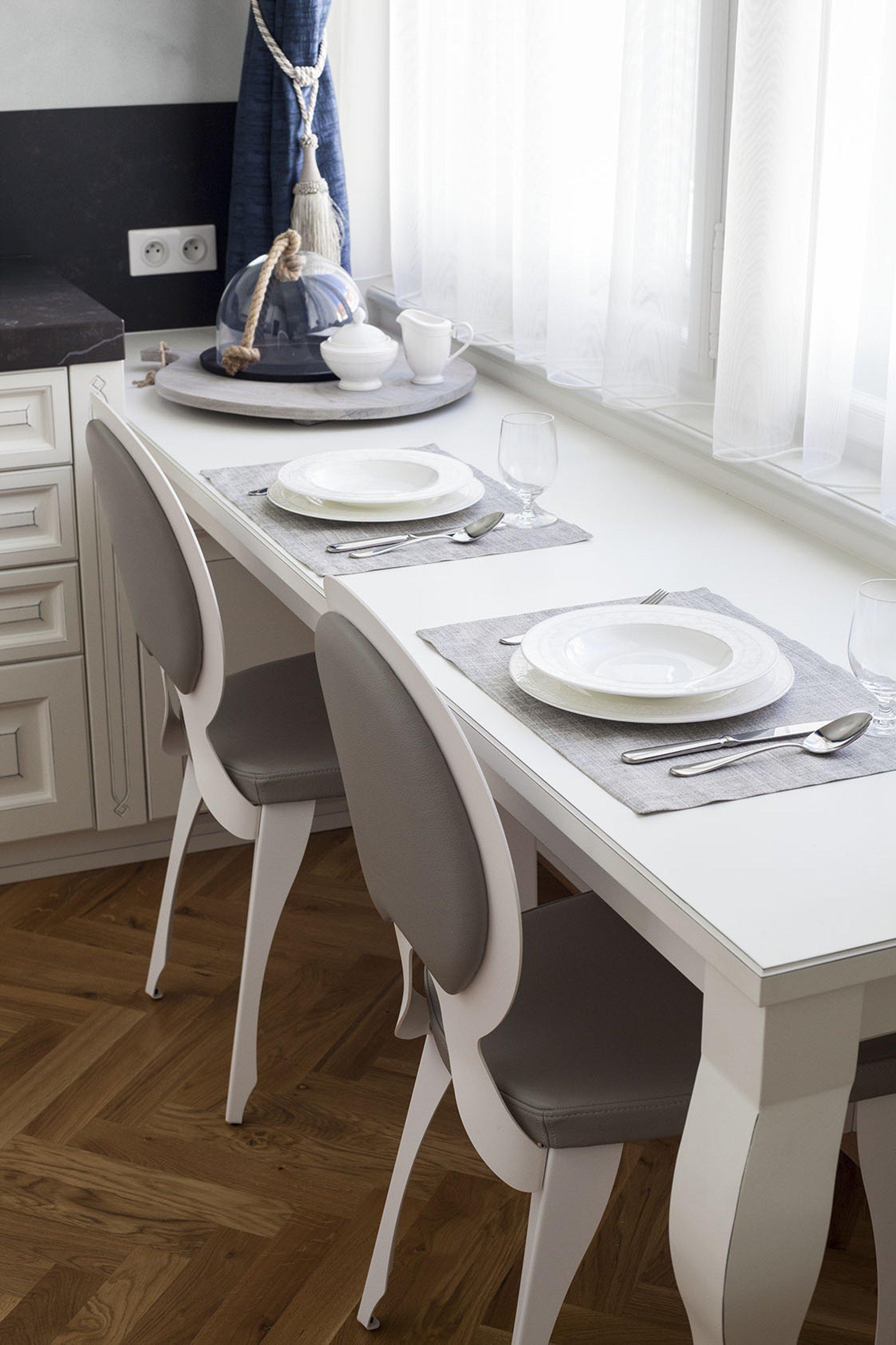 Zdařilá rekonstukce bytu z třicátech let. Nábytek Hanák v materiálu: lak bílá patina, vkusně doplňují svetla Brokis a vhodně vybrané tapety a závěsy.