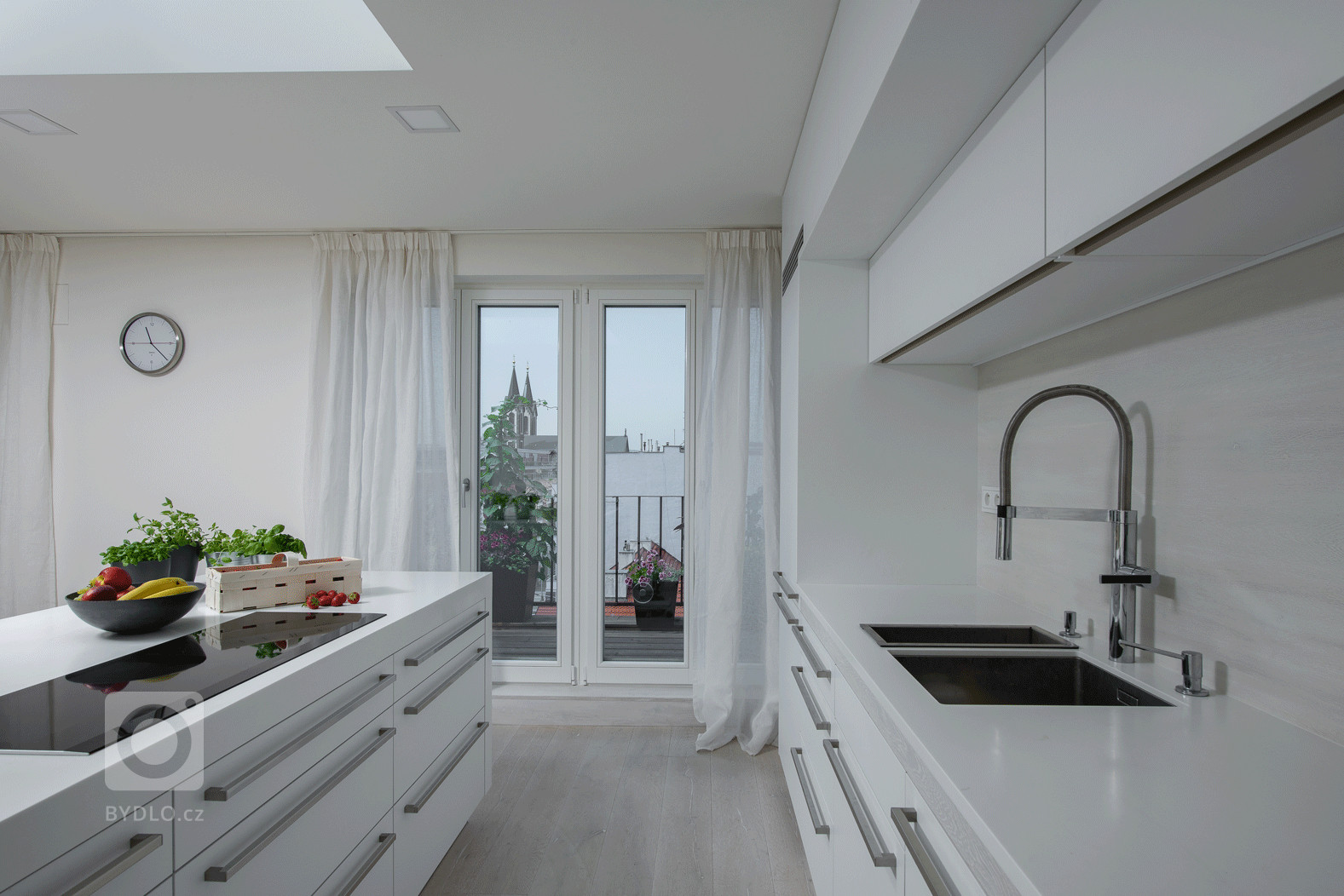 Zbývalé – velmi zdevastované – prádelny pod střechou prvorepublikového domu vznikl malý byt pro časté cesty manželského páru do Prahy. Místo…