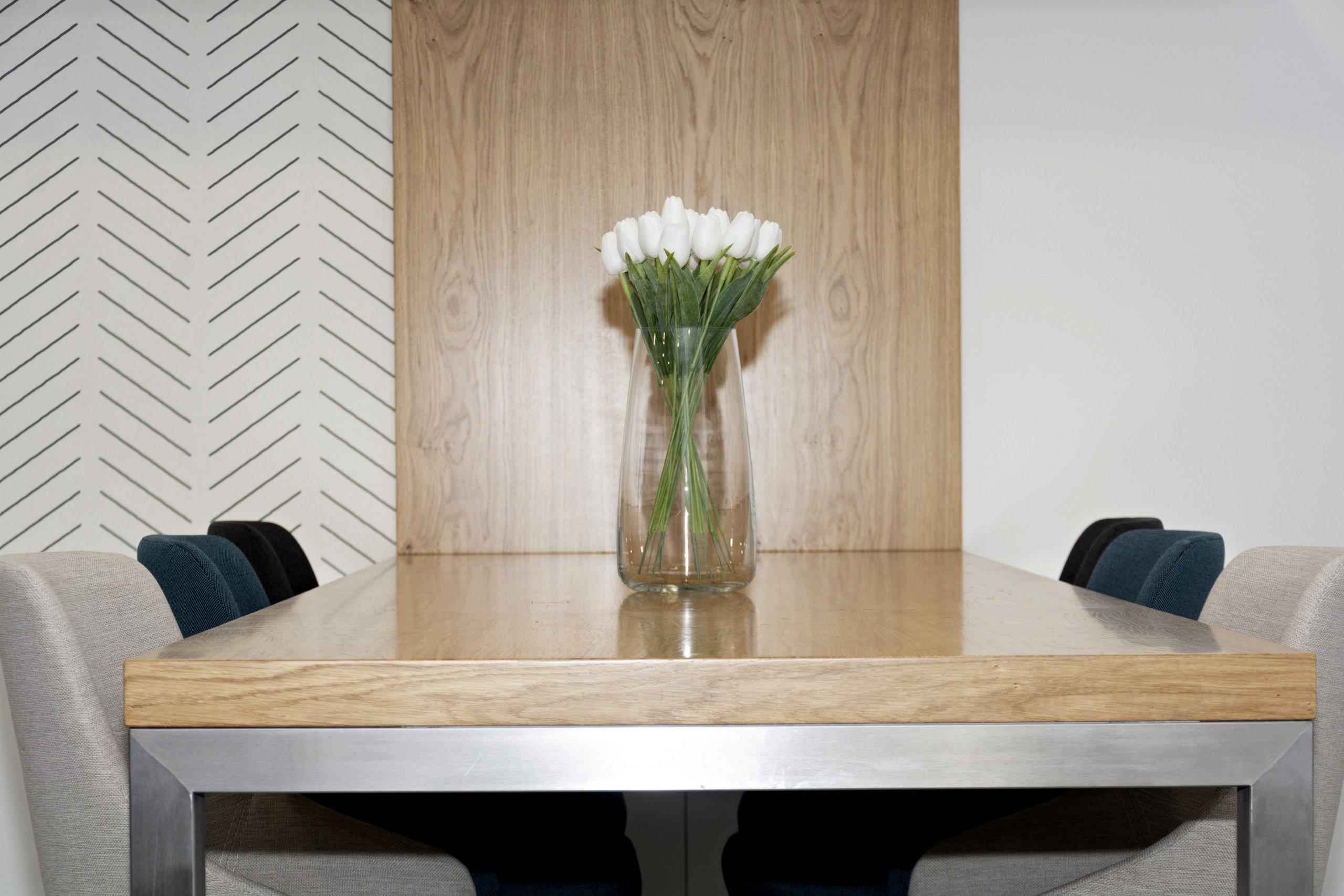 Rodinný dům ve Starých Hodějovicích má za úkol dobře sloužit početné rodině. I proto byl důraz kladen zejména na funkčnost. Soukromé pokoje jsou vybaveny…