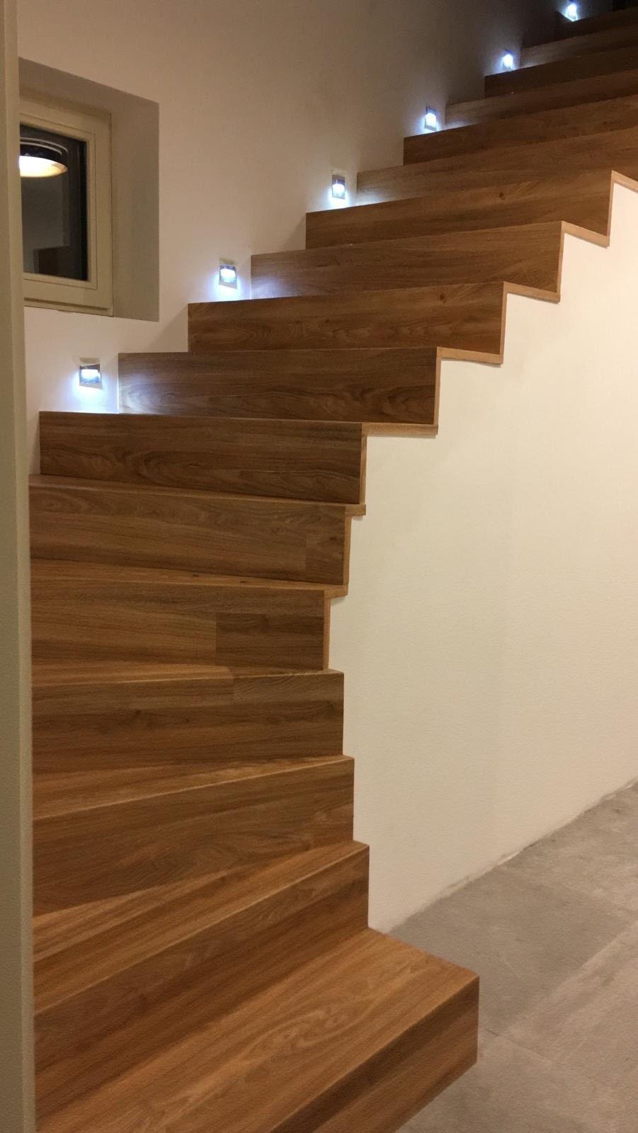 Hrany schodů řešeny ohybem podlahových dílců