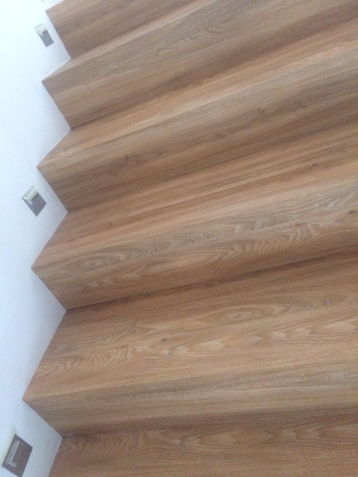Schodiště i podlaha se stejným dekorem je vždycky nejlepší volba. Naši podlaháři řeší všechny detaily s precizností, aby byl celkový dojem dokonalý.