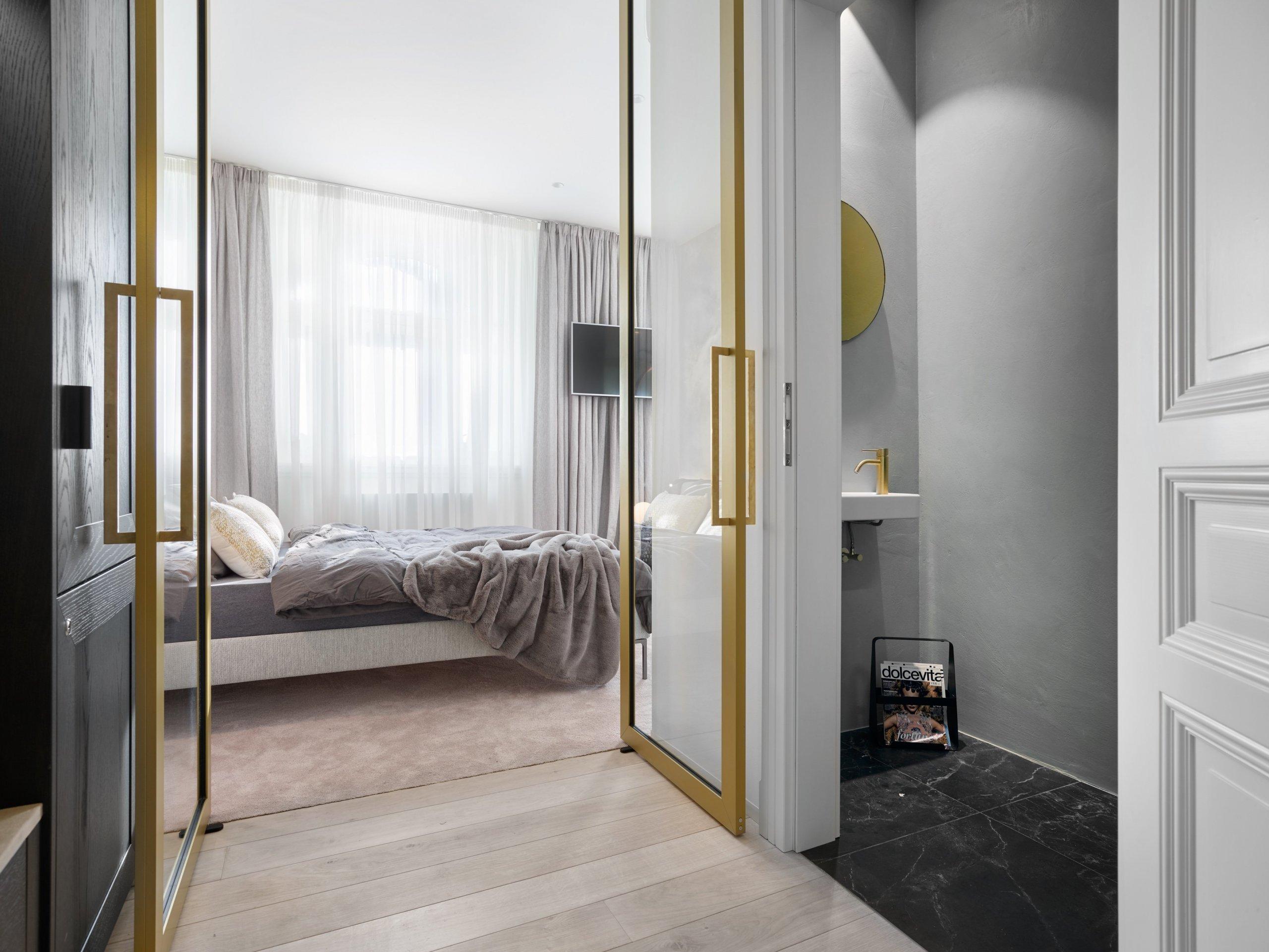 Do hlavní ložnice se vchází skrz soukromou šatnu a mosaznými luxusními dveřmi.