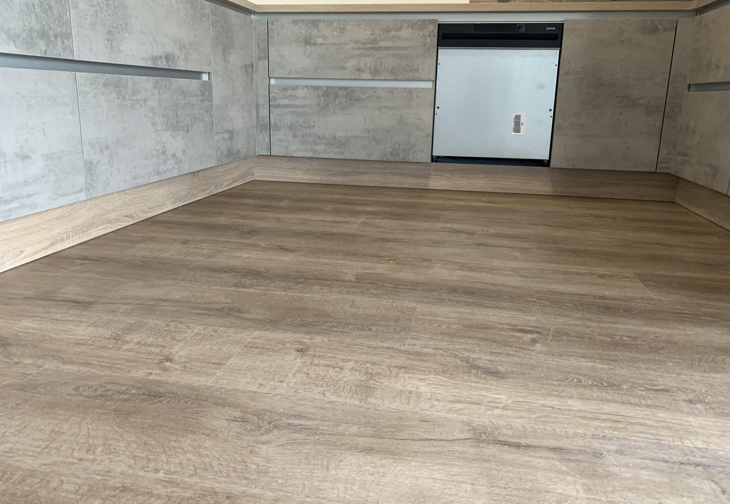 Ukázka realizace - vinylová podlaha BUKOMA PREMIUM CLICK XL - dekor Dub Barfold. Plocha celého rodinného domu je položena v jedné ploše bez přechodových lišt.…