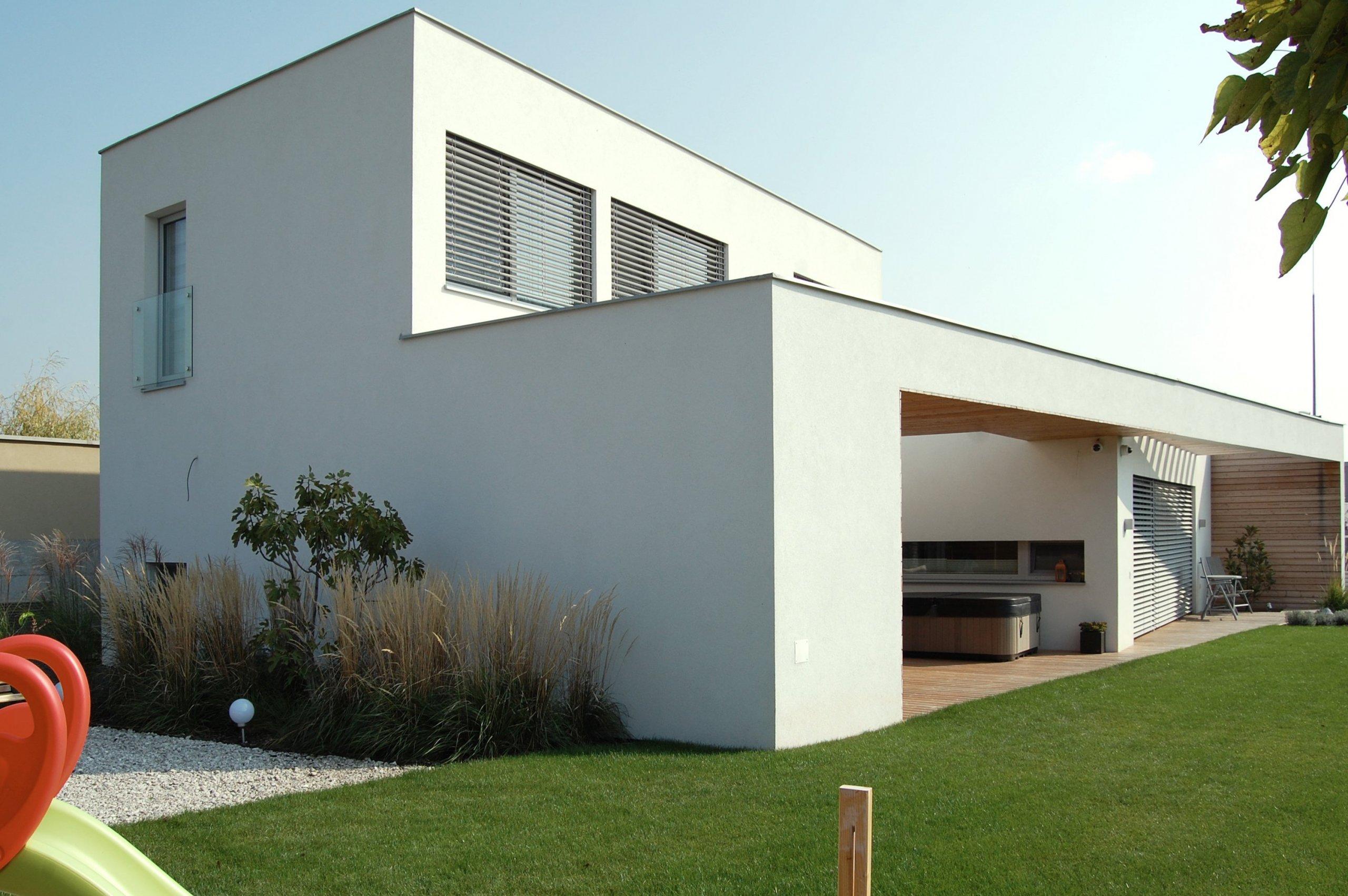 Rodinný dom je umiestnený v novovzniknutej a však už stabilizovanej štruktúre vblízkosti hlavného mesta. Cieľom bolo vytvorenie domu, ktorý spája súčasnú…
