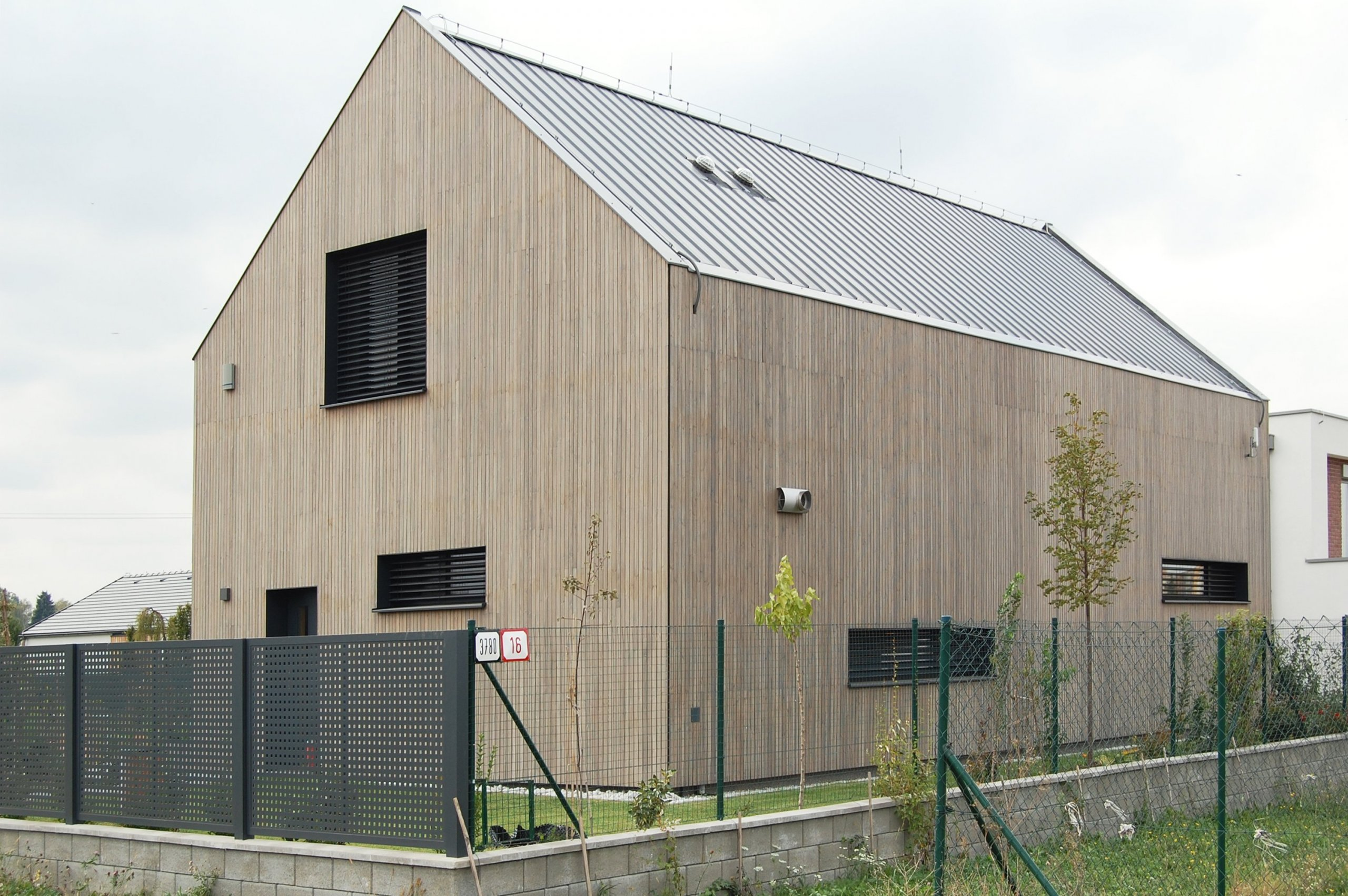 Rodinný dom je navrhnutý ako pasívny, pričom v sebe zhmotňuje moderné technológie a dizajn vychádzajúci z tradičnej architektúry. Drevo ako základný materiál…