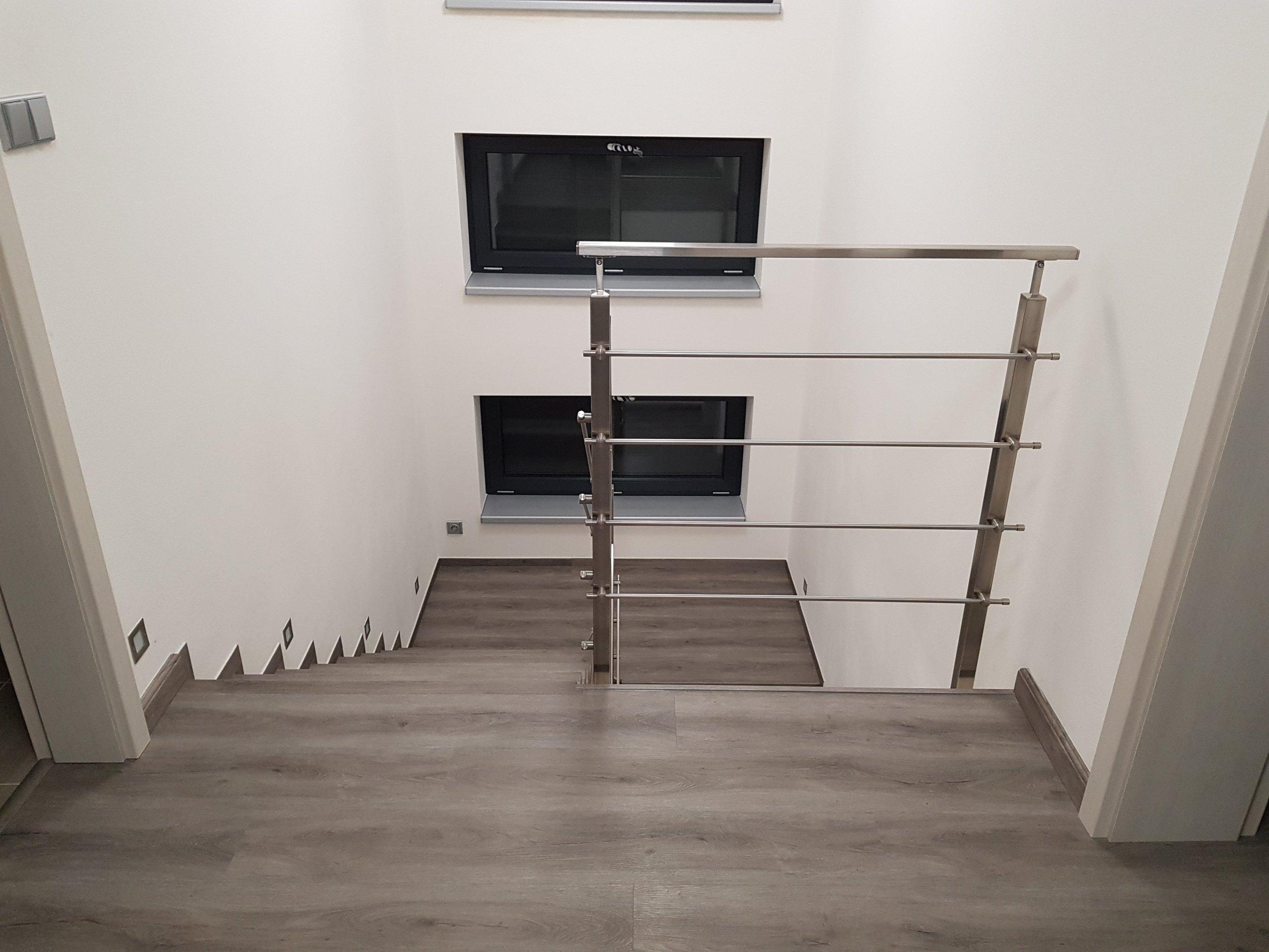 Ukázka realizace vinylová podlaha BUKOMA PREMIUM CLICK dekor Dub Legend Šedý. Mimo obkladu schodiště je podlaha se stejným dekorem použita i v ostatních…