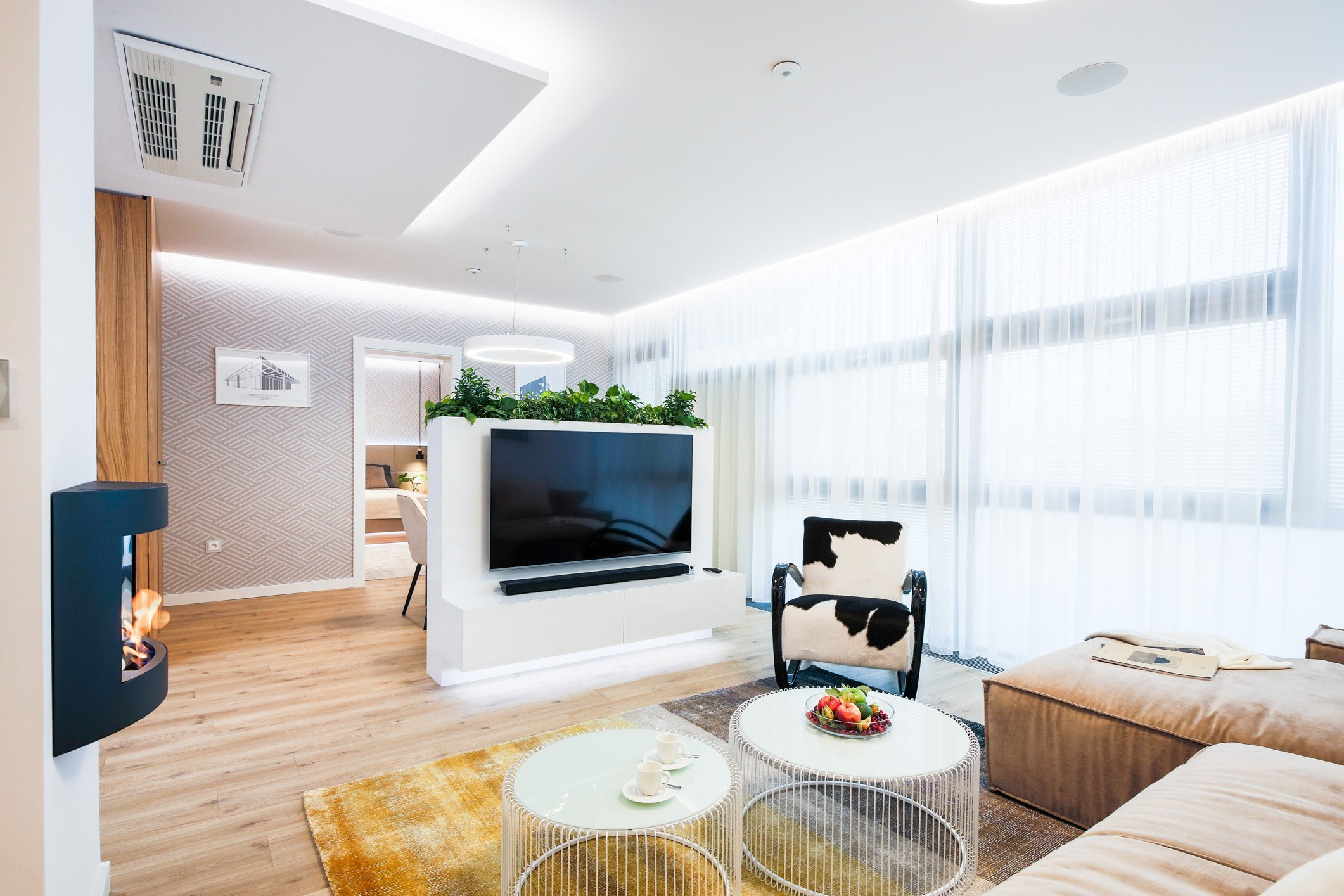 Predstavujeme Vám luxusný interiér bytu, v ktorom dominujú materiály ako dubová dyha, biely lesk a celkový dojem dotvára zvolená paleta príjemných textílií a…