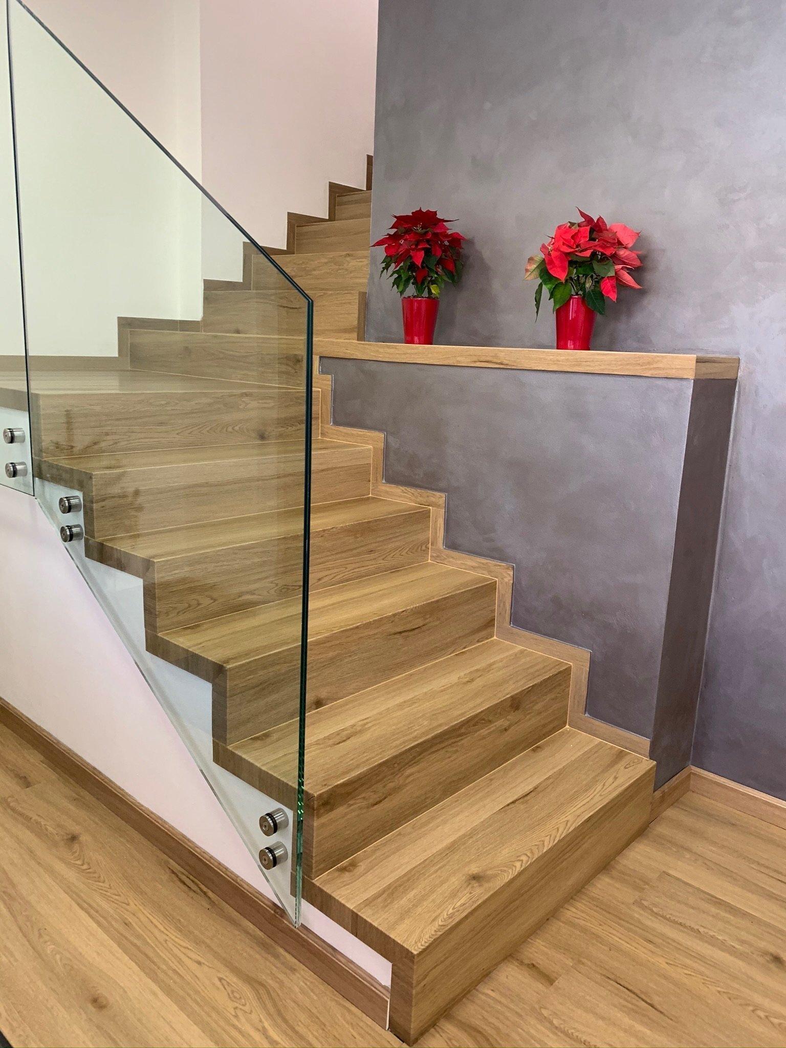 Spodní část schodiště je doplněna celoskleněným zábradlím