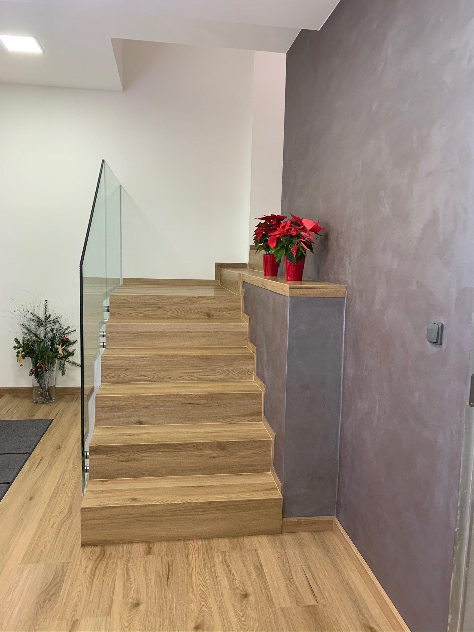 Ukázka práce podlahářů z Bukomy, obklad schodiště vinylovou podlahou BUKOMA PREMIUM CLICK dekor Dub Bunbury. Schodové hrany jsou řešeny ohyby podlahových dílců…