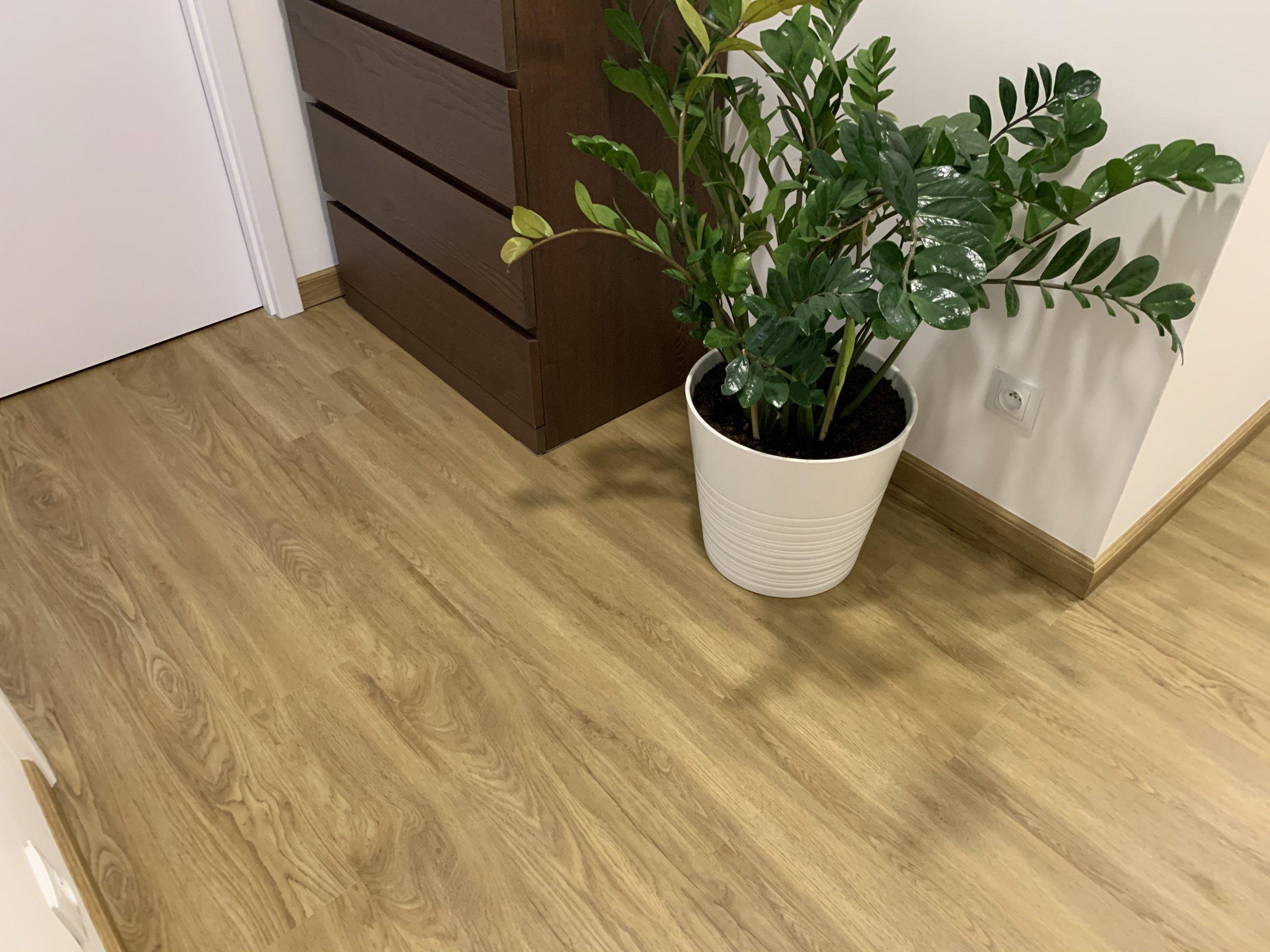 Podlahové plochy téměř v celém domě stejně jako schody jsou pokryty vinylovou podlahou ve stejném dekoru - podlaha BUKOMA PREMIUM CLICK dekor Dub Gladstone…
