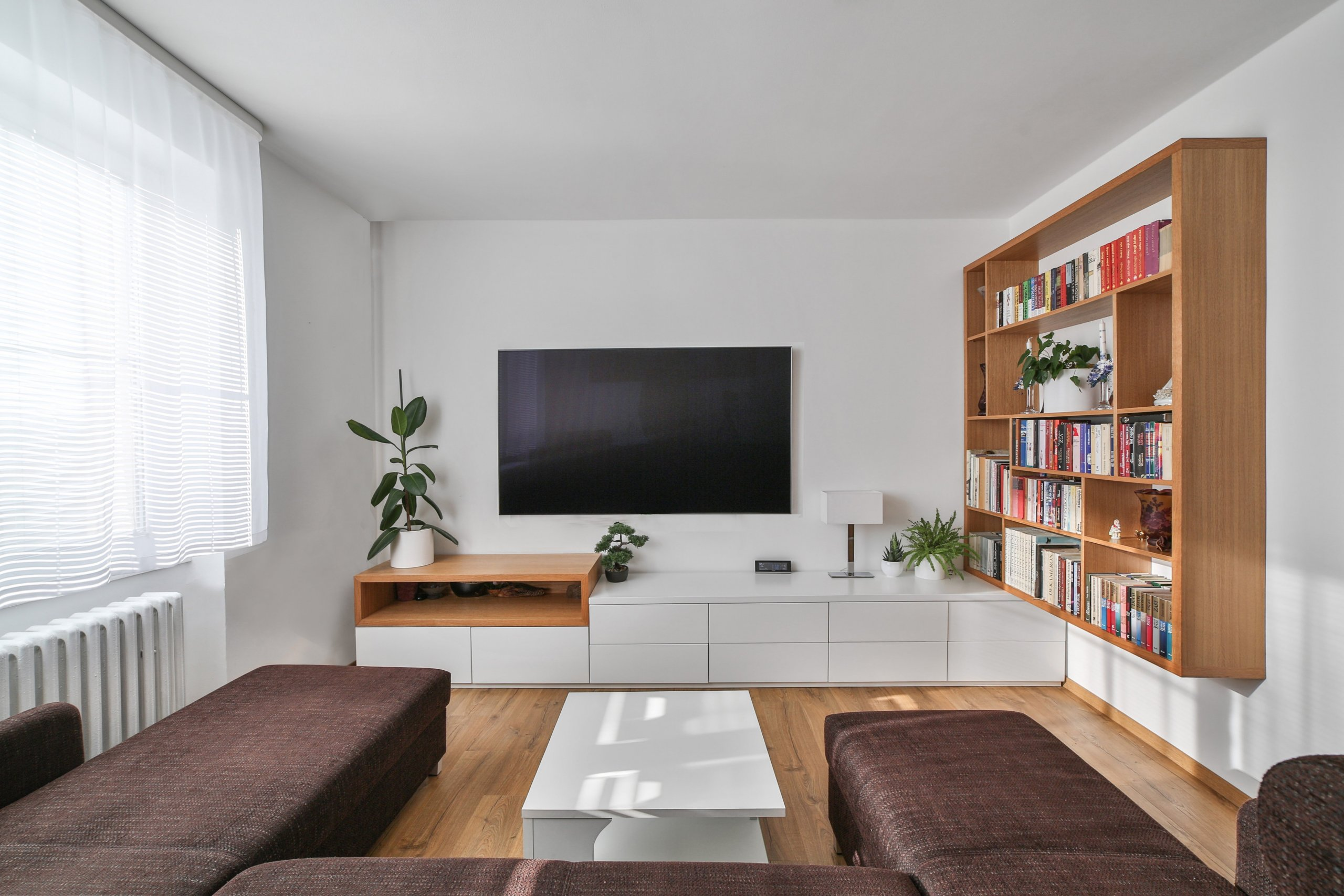 Interiér přízemí rodinného domku v Modřanech. Starší pár chtěl zrekonstruovat část domku, kde dlouho bydlela jejich babička. Obývací pokoj a kuchyň jsme…