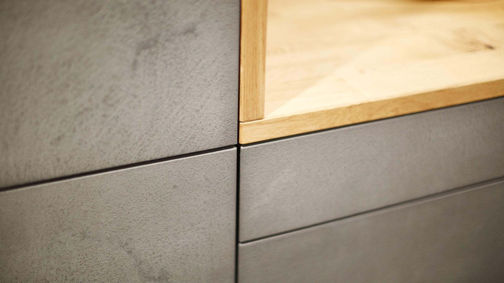 Jedná se o kuchyňskou linku v minimalistickém designu. Materiál dvířekje keramická stěrka, která je ručně nanášená na podkladový materiál. Každé…