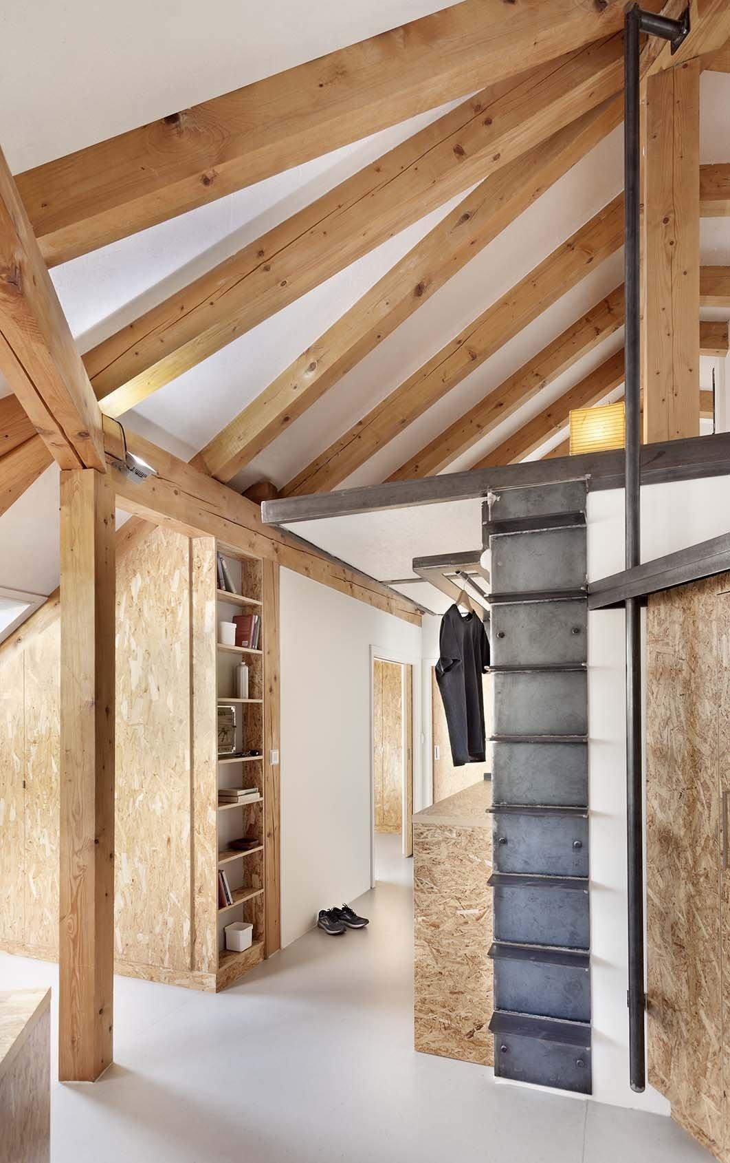 Návrh interieru půdní vestavby probíhal v průběhu realizace stavebních prací. V monochromatickém interieru se výrazně uplatňují dřevěné masivní prvky nového…