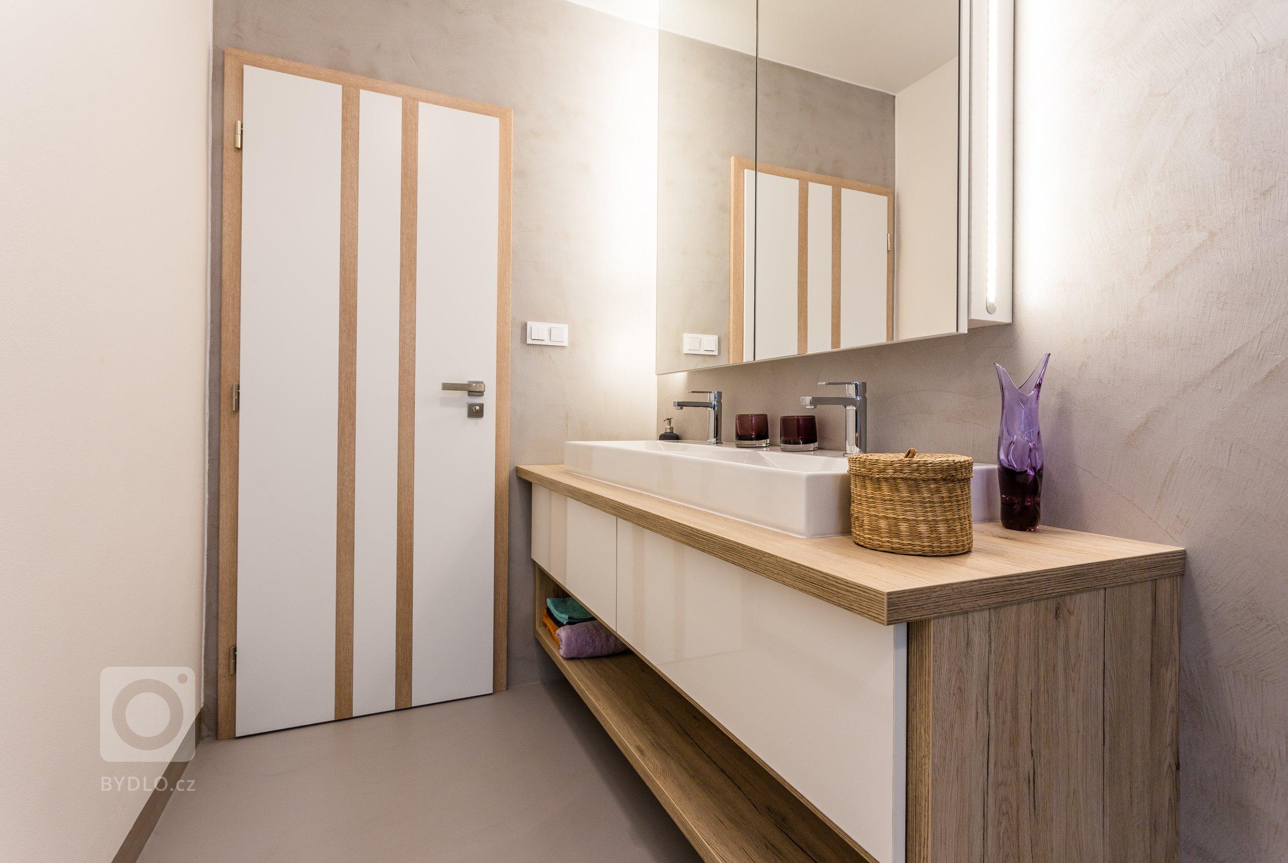 Interiér s nádechem skandinávského stylu. Nábytek včetně pohovky vyroben na zakázku. Pracovní deska z extrémně odolné velkoformátové keramiky Neolith,…
