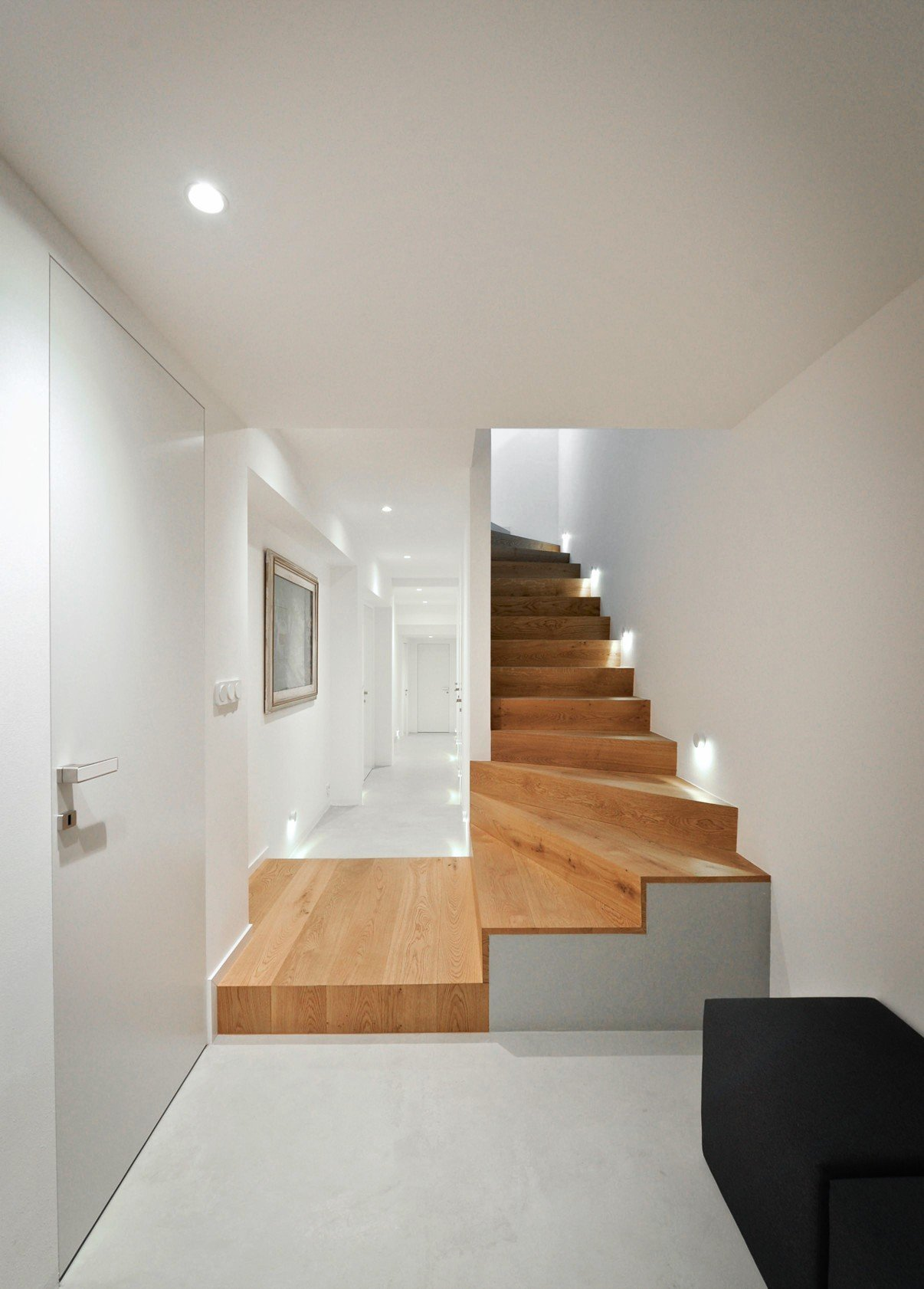 Návrh interiéru jedinečné funkcionalistické vily. Kouzlu takového domu architekt snadno podlehne, práce se tak stala výzvou.  Vila již dříve prodělala drobné…