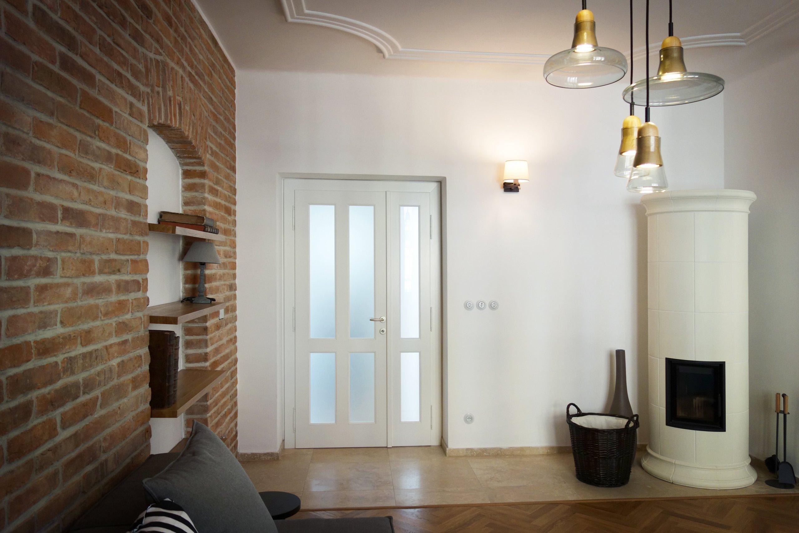 Byt se nachází ve starém bytovém domě na hlavní pěší zóně v centru Jičína. Původně zde byly kanceláře, a tak dispozice vyžadovala velké zásahy jak stavební,…