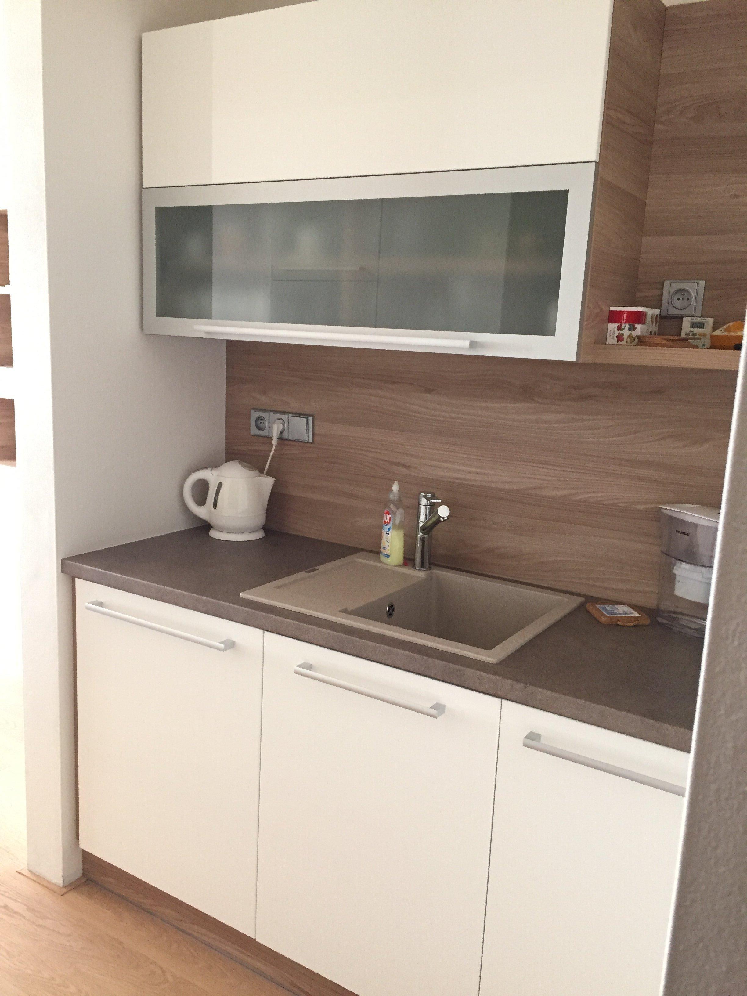 """Realizace kompletního obývacího prostoru a kuchyně """"na klíč"""". Masivní dubová podlaha, sedací souprava doplněná konferenčním stolkem ve stejném dekoru…"""