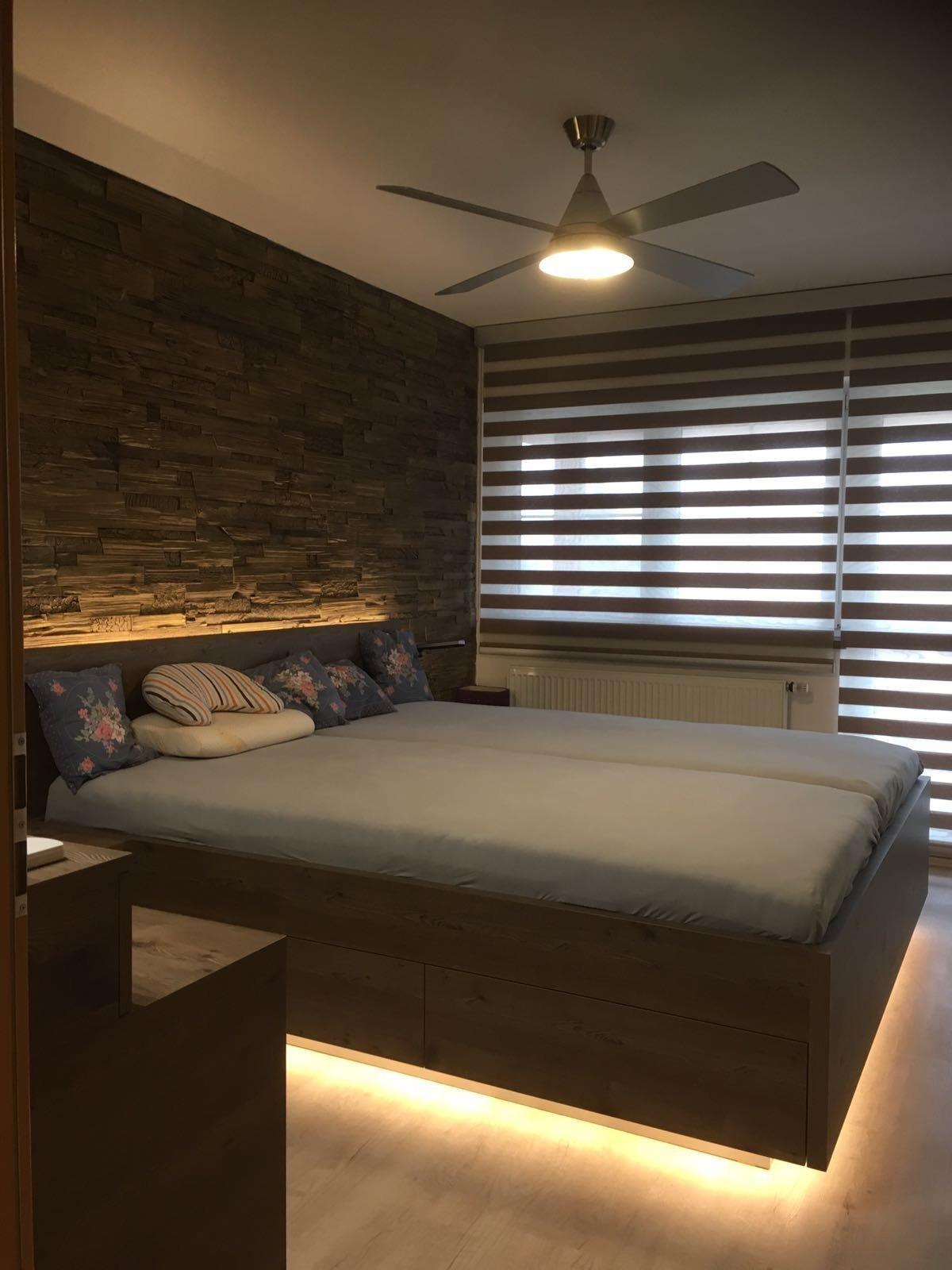ložnice na míru s toaletním stolkem a břidlicovým obkladem doplněná LED diodovým podsvětlením postele a zabudované niky. Na oknech jsou osazeny oblíbené…