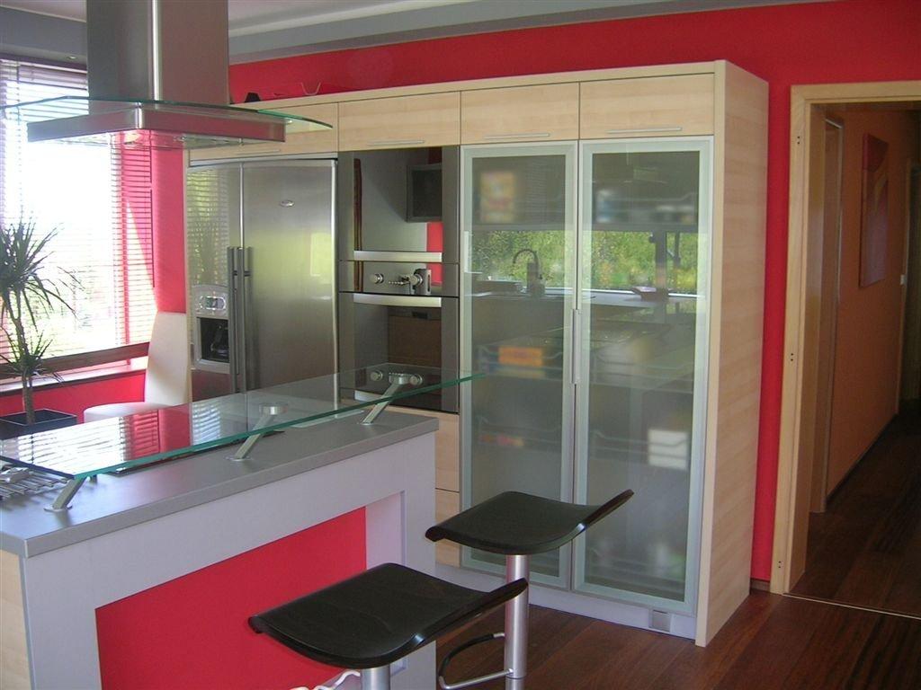 kuchyňská linka propojená s obyvacím prostorem