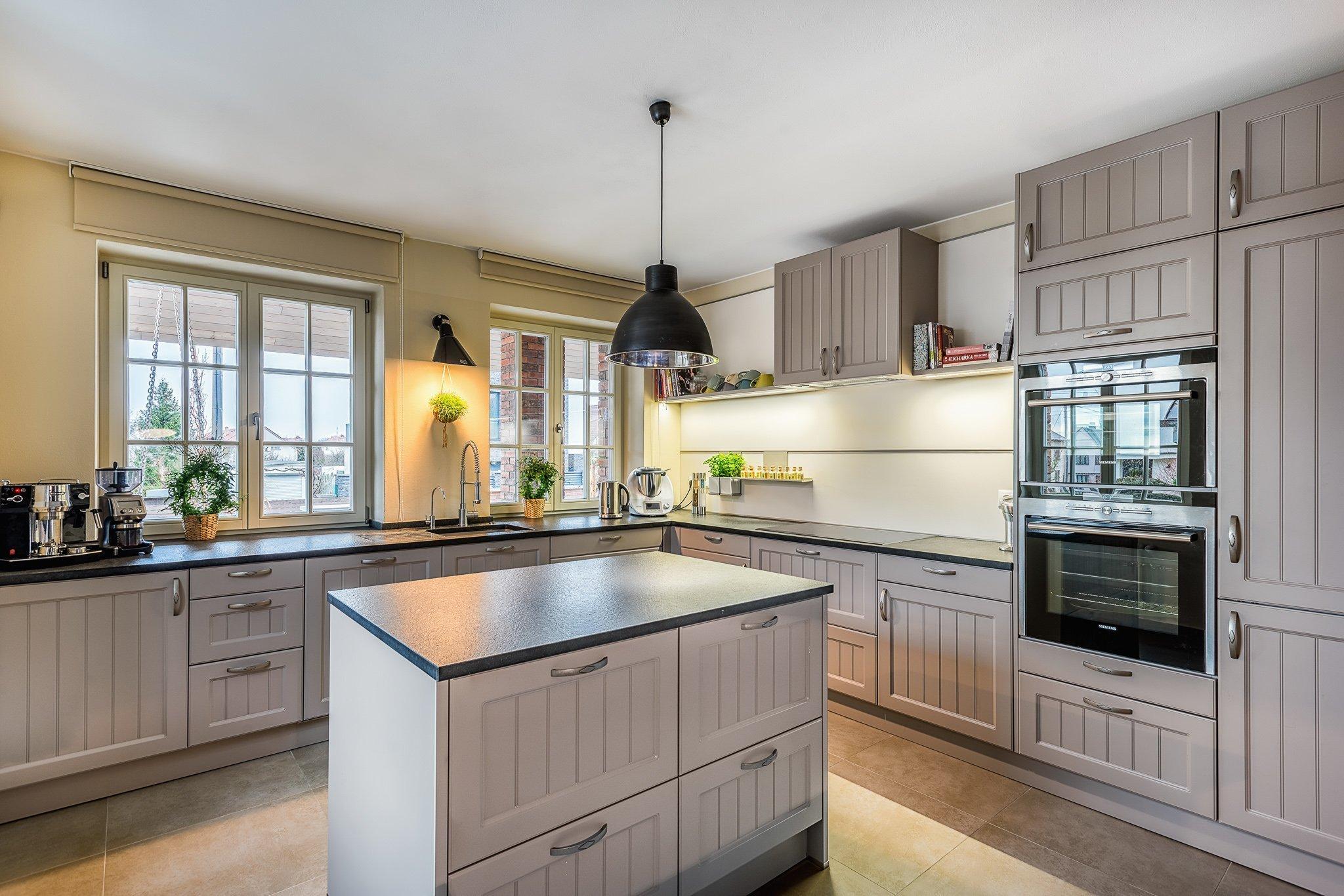Realizace velmi pěkné rustikální kuchyňské linky s kamennou deskou v rodinném domu v Plzni. Velice dobrá spolupráce s majiteli vedla k tomuto velice pěknému…