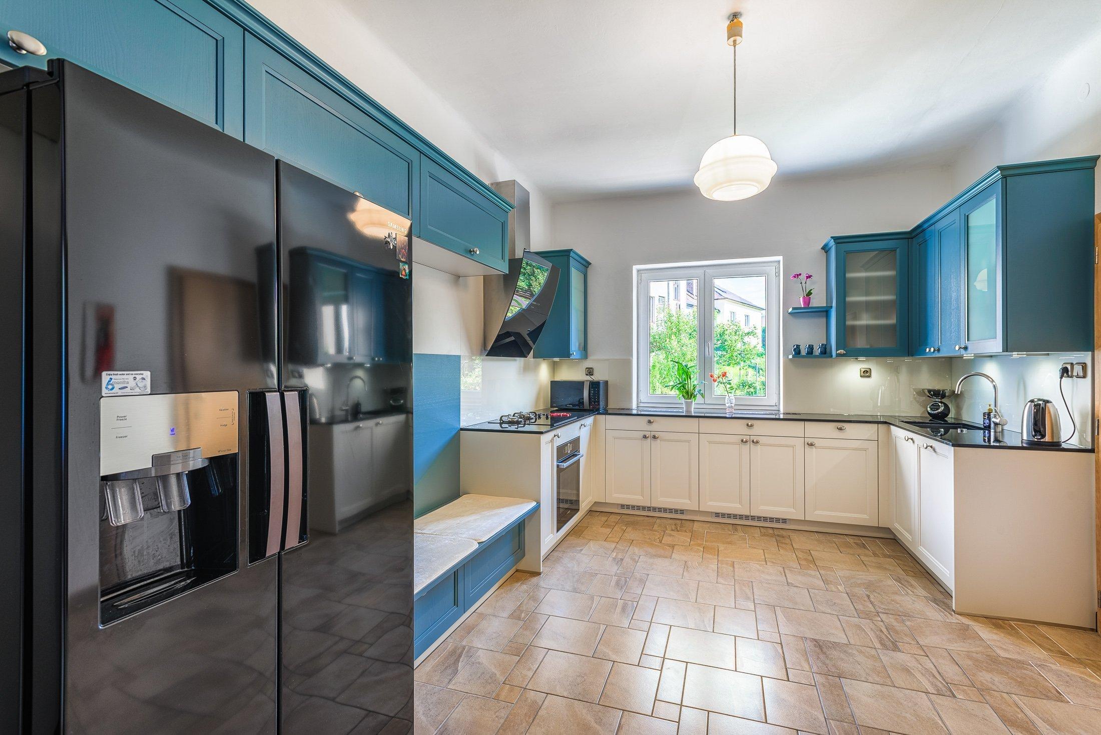 Realizace lehce rustikální přesto moderní kuchyně v soukromém interiéru v Plzni. Zajímavá kombinace barev. Realizace pracovní desky z umělého kamene.