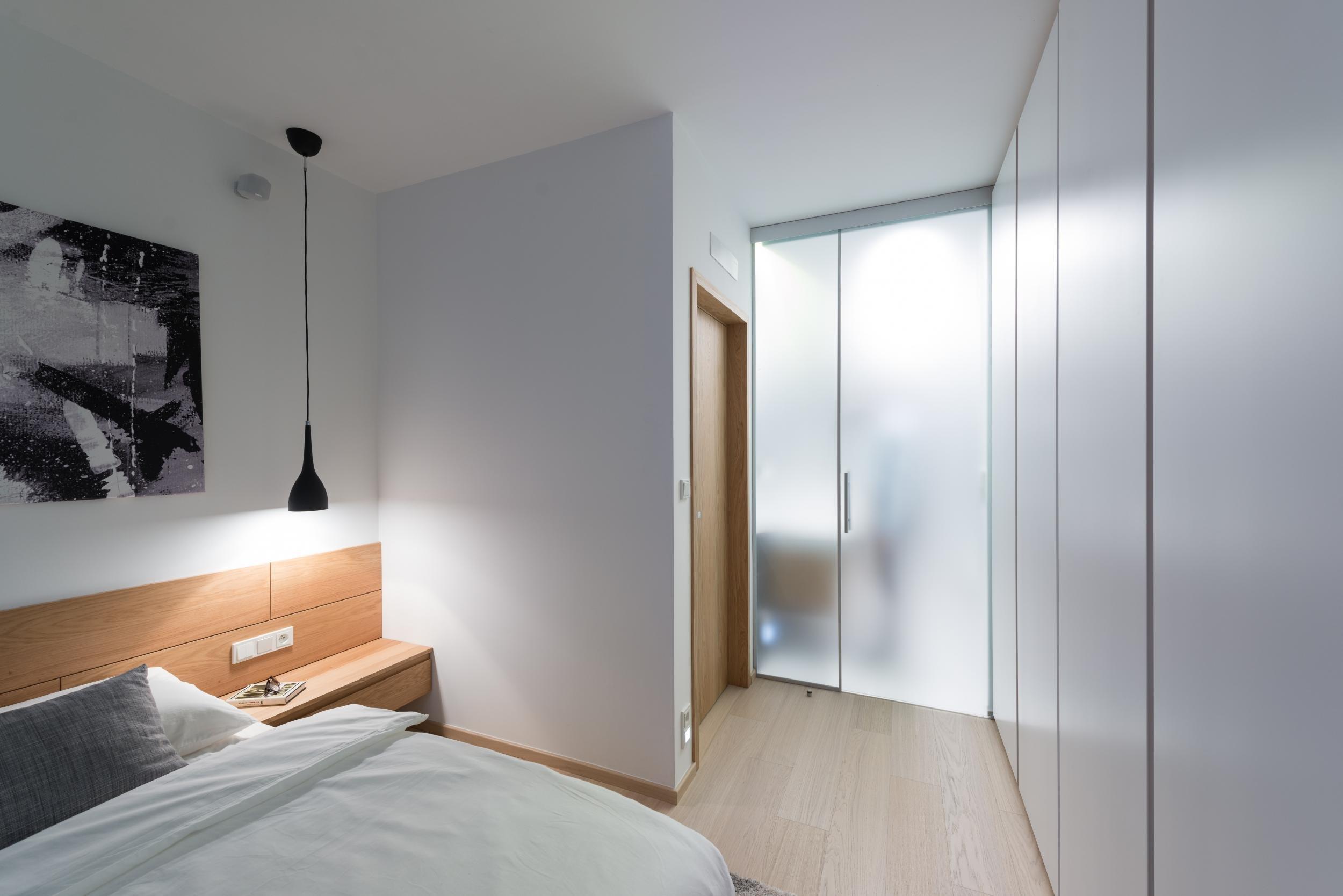 V návrhu interiéru bytu v novostavbě jsme jemnými stavebními úpravami provzdušnili dispozici a vazbám mezi prostorami dali funkční smysl. Decentní materiálové…