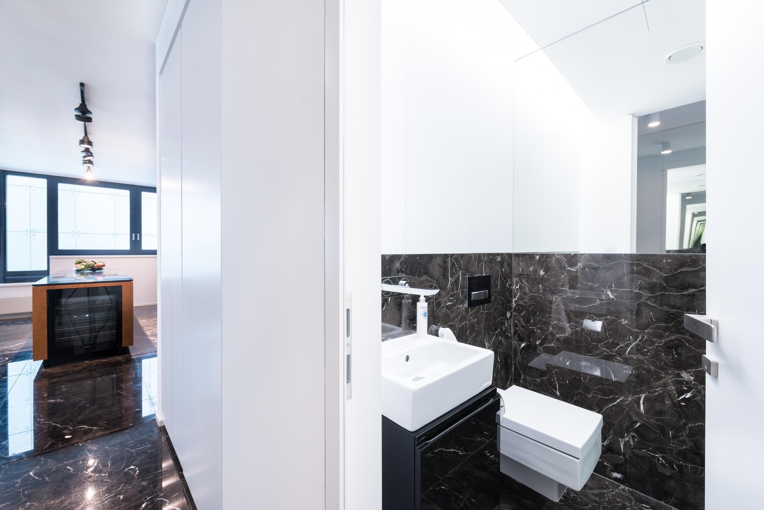 Luxusní byt v Riverparku s mramorovou podlahou bude sloužit k pronájmu pro náročné klienty. V návrhu jsme se vyhnuli okázalým kýčům a vytvořili skutečně…